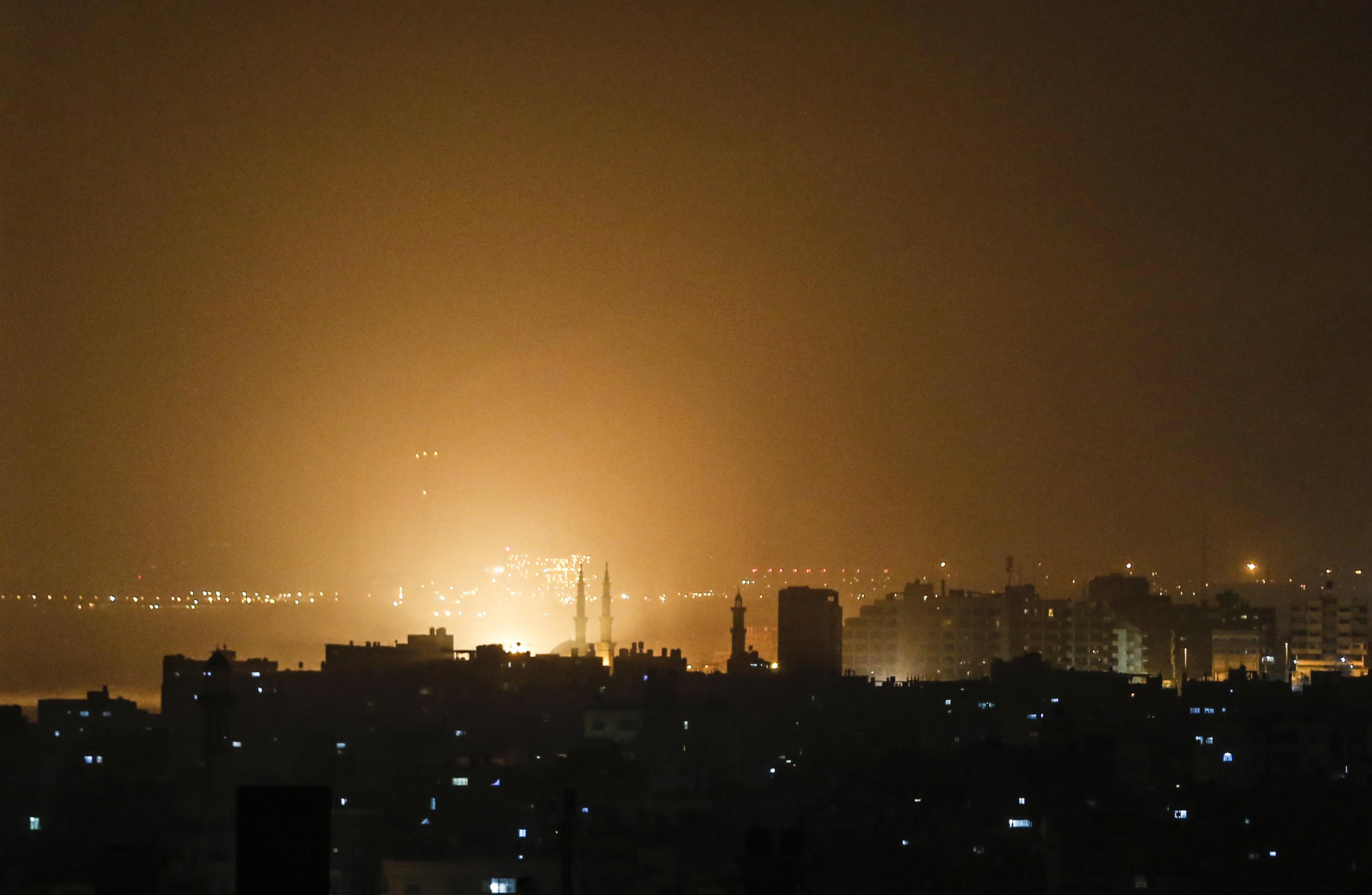 Száz légicsapással válaszolt az izraeli hadsereg a Tel-Avivra lőtt két rakétára