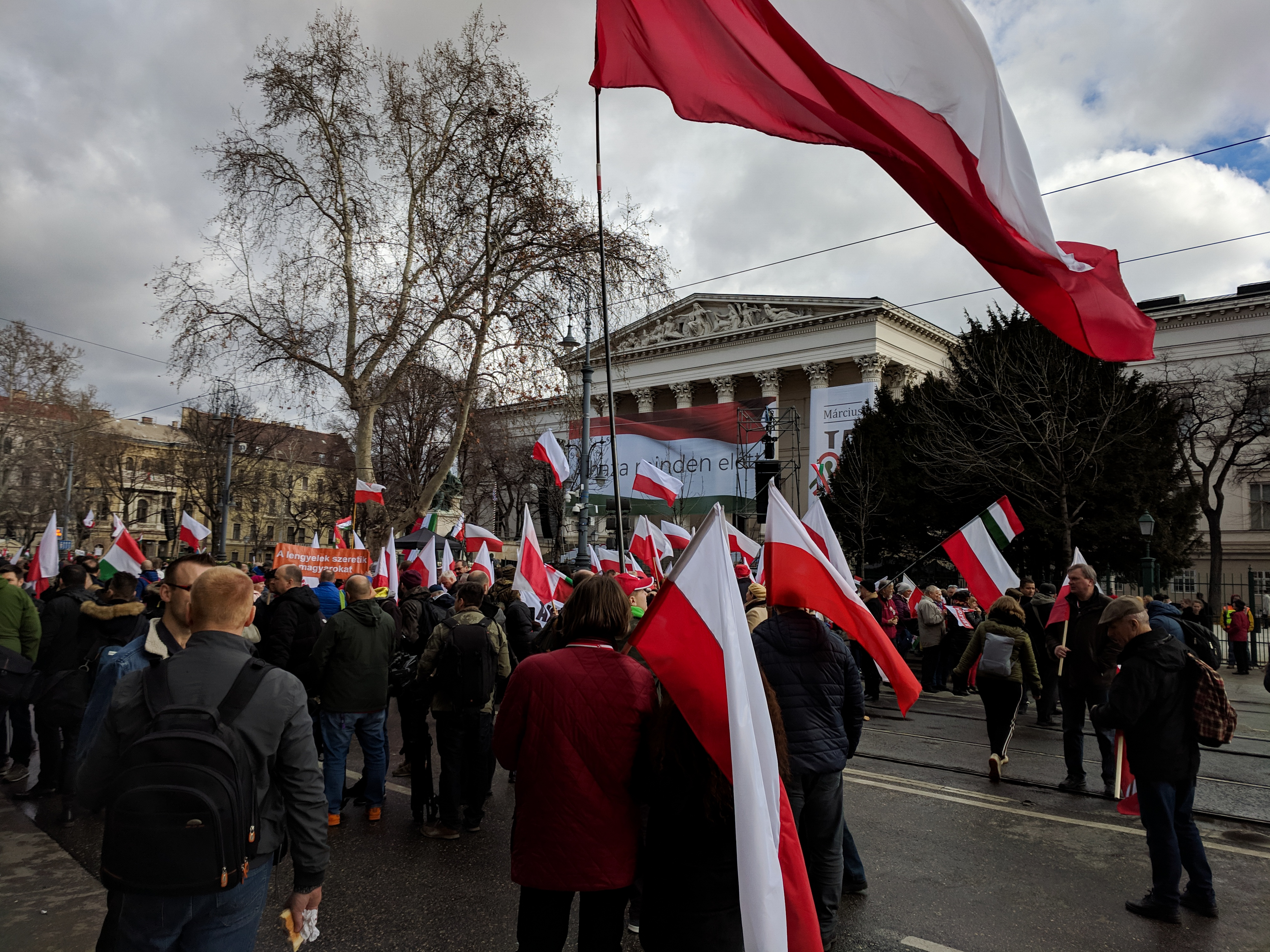 Lengyel zászlóerdő várja Orbán Viktort a Múzeum körúton