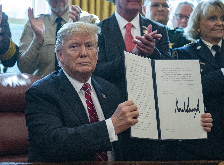 Trump első elnöki vétójával fenntartja a rendkívüli állapotot az USA-ban
