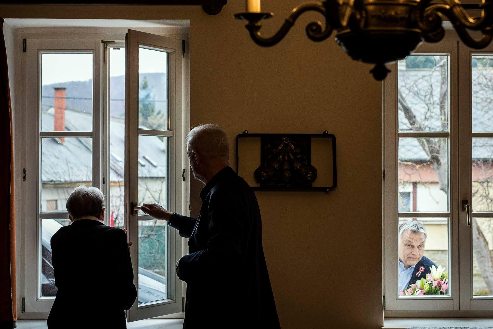Hogyan fotózta le a házból Orbán fotósa a Törőcsik Mari ablaka előtt leselkedő miniszterelnököt?