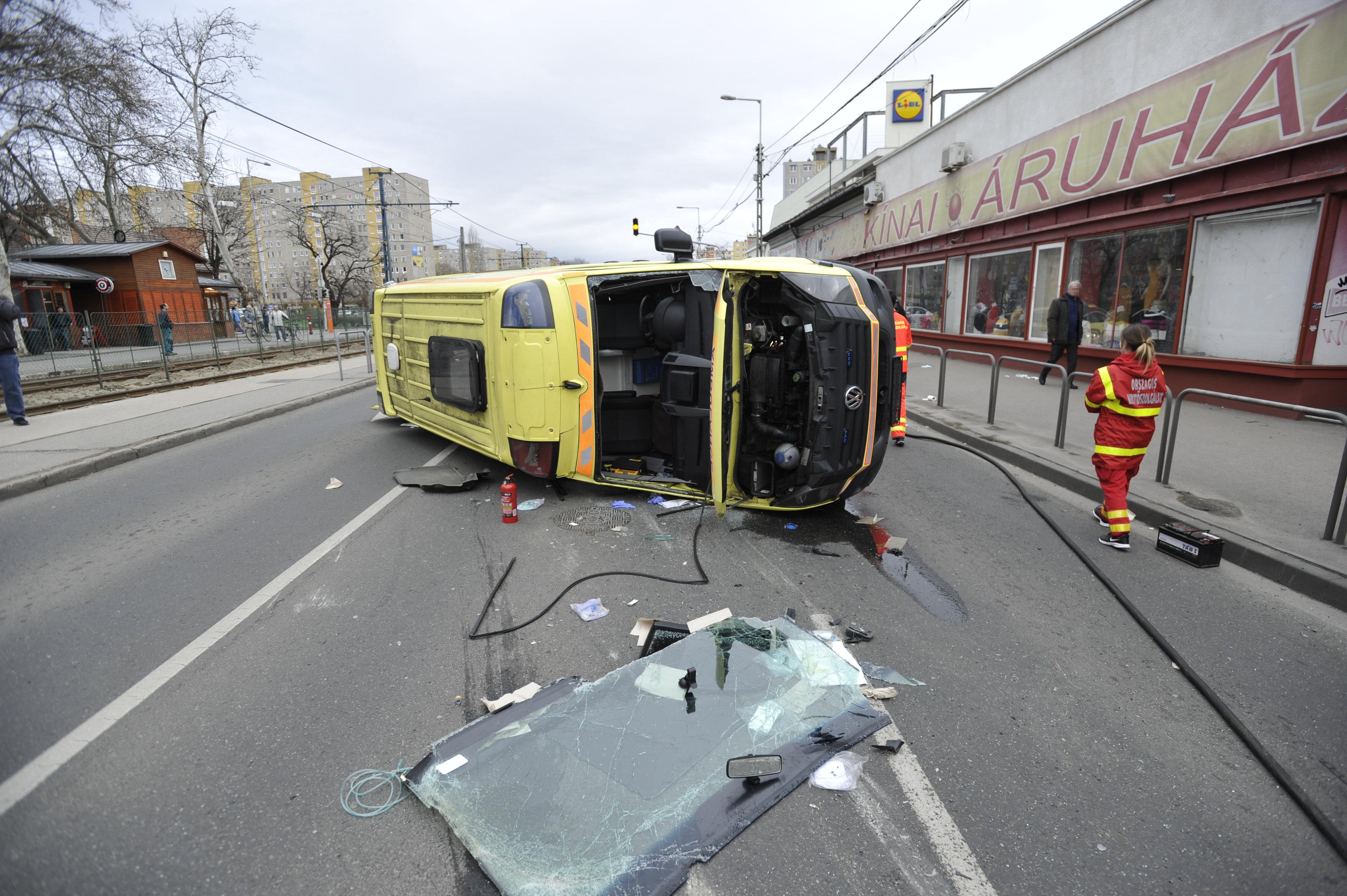 Ütközött, és felborult egy mentőautó Kispesten