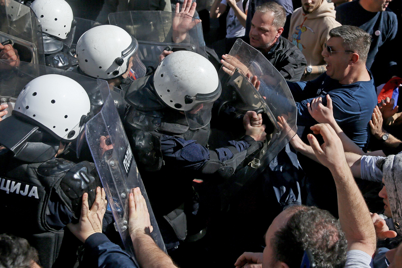 A belgrádi tüntetők megrohamozták az elnöki palotát, miközben Aleksandar Vucic bent sajtótájékoztatót tartott