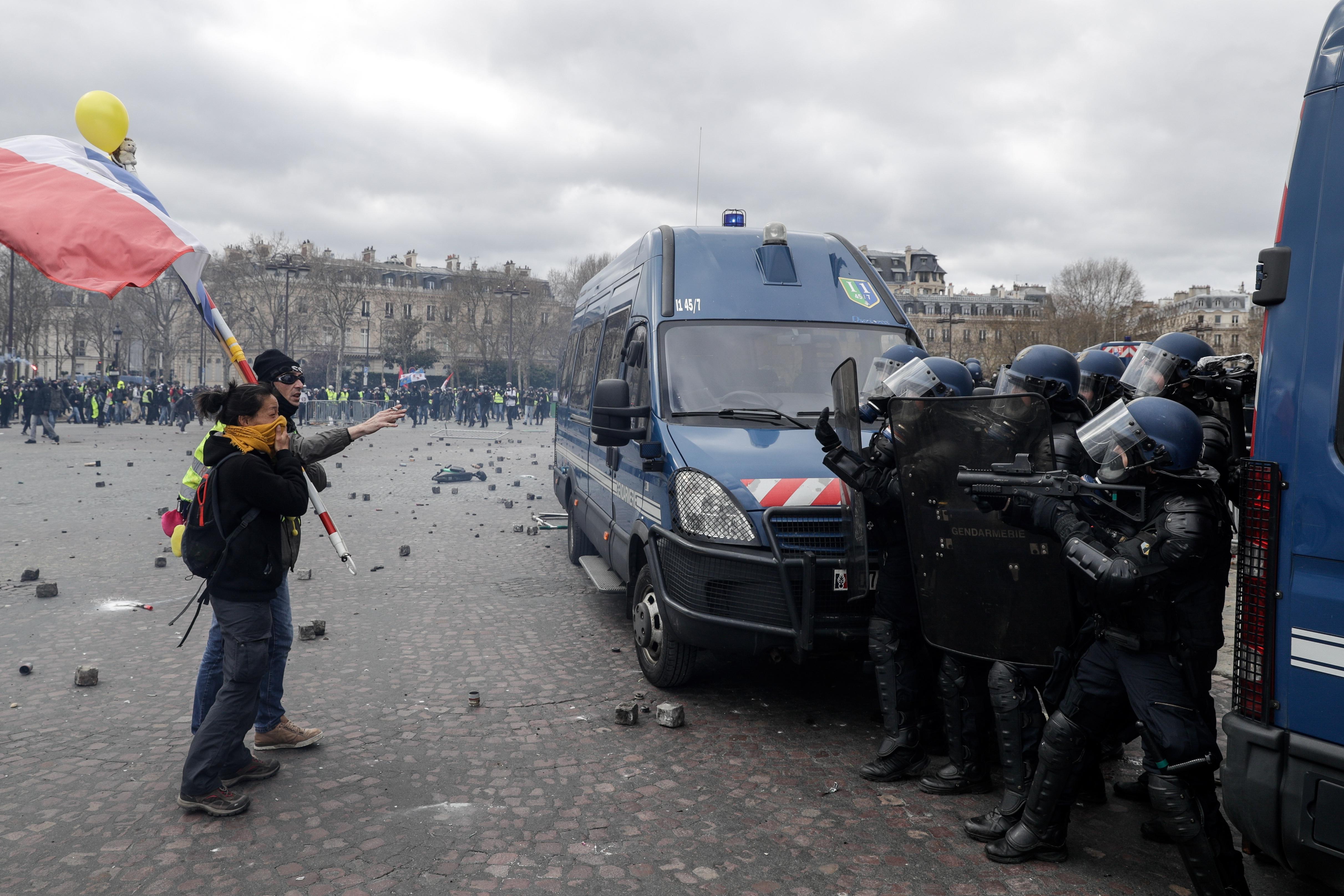 A sárgamellényesek randalírozása miatt leváltják a párizsi rendőrfőnököt