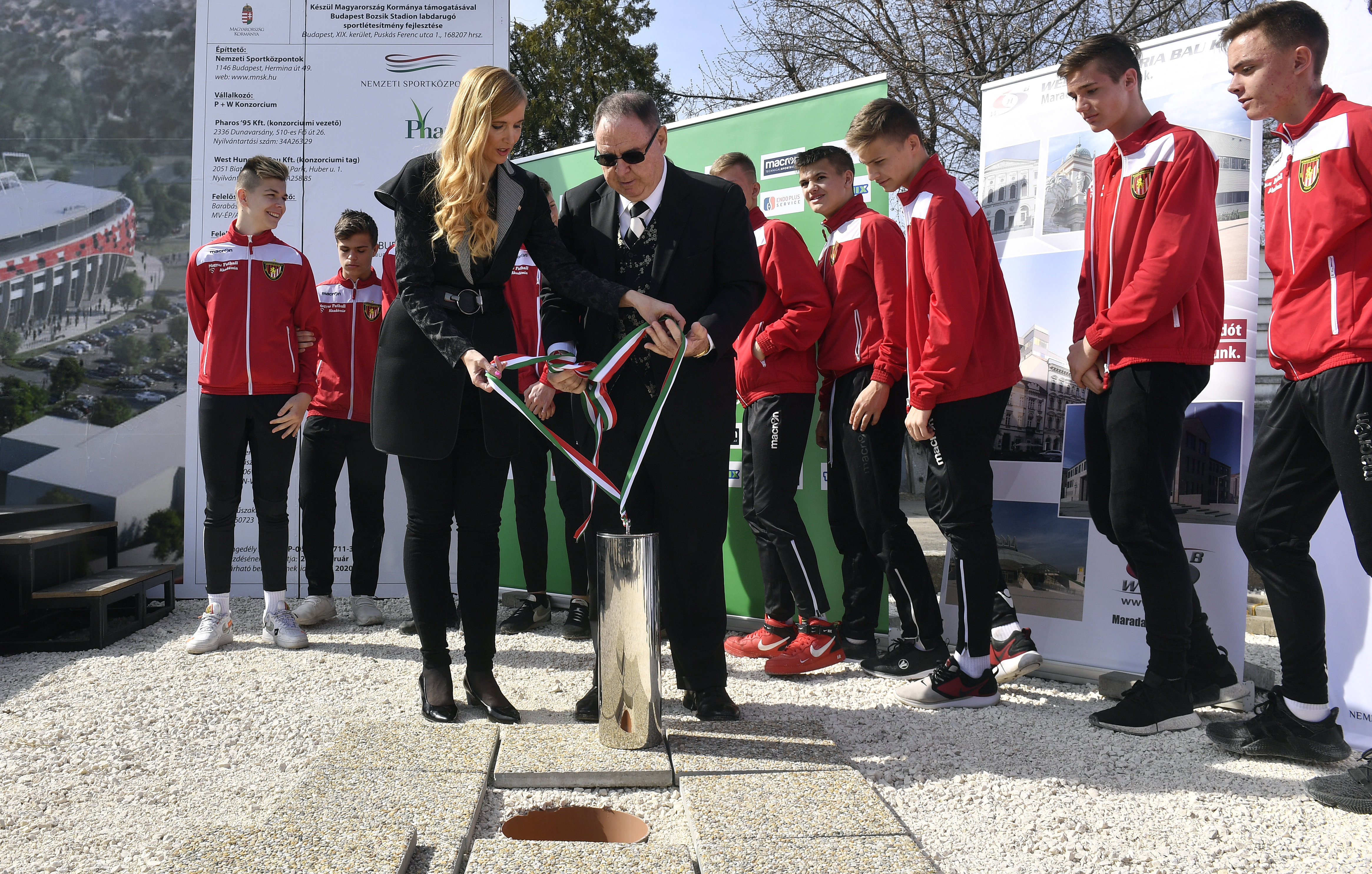 Szabó Tünde és George F. Hemingway letette az új Bozsik Stadion alapkövét