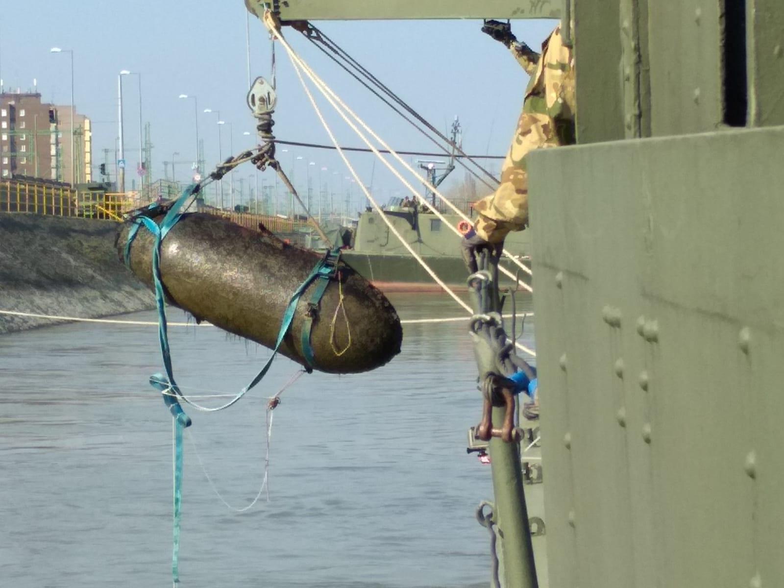Kiemelték az egyik egytonnás bombát a Dunából Budafoknál