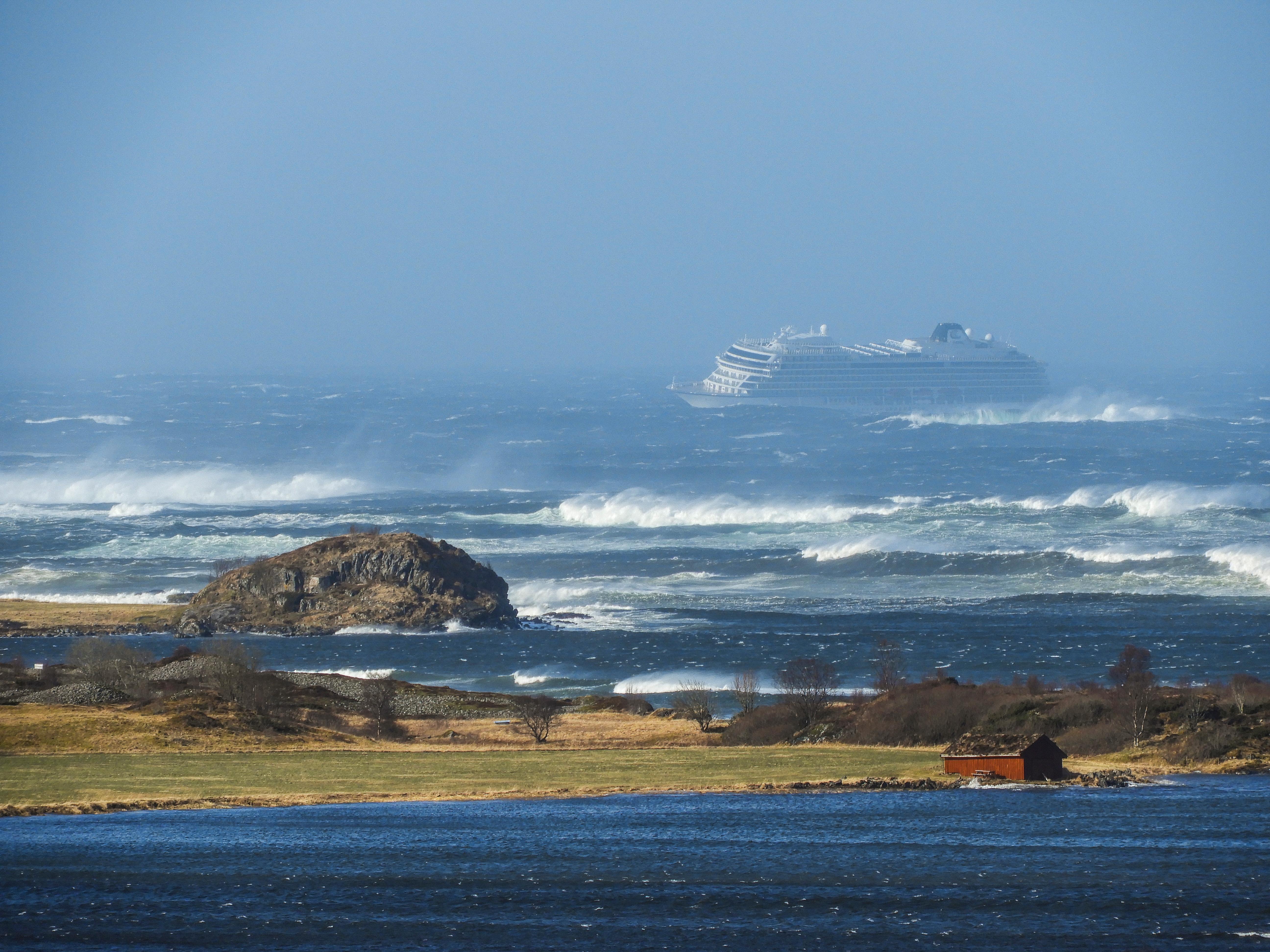 A vártnál lassabban halad az utasok mentése a lerobbant óceánjáróról