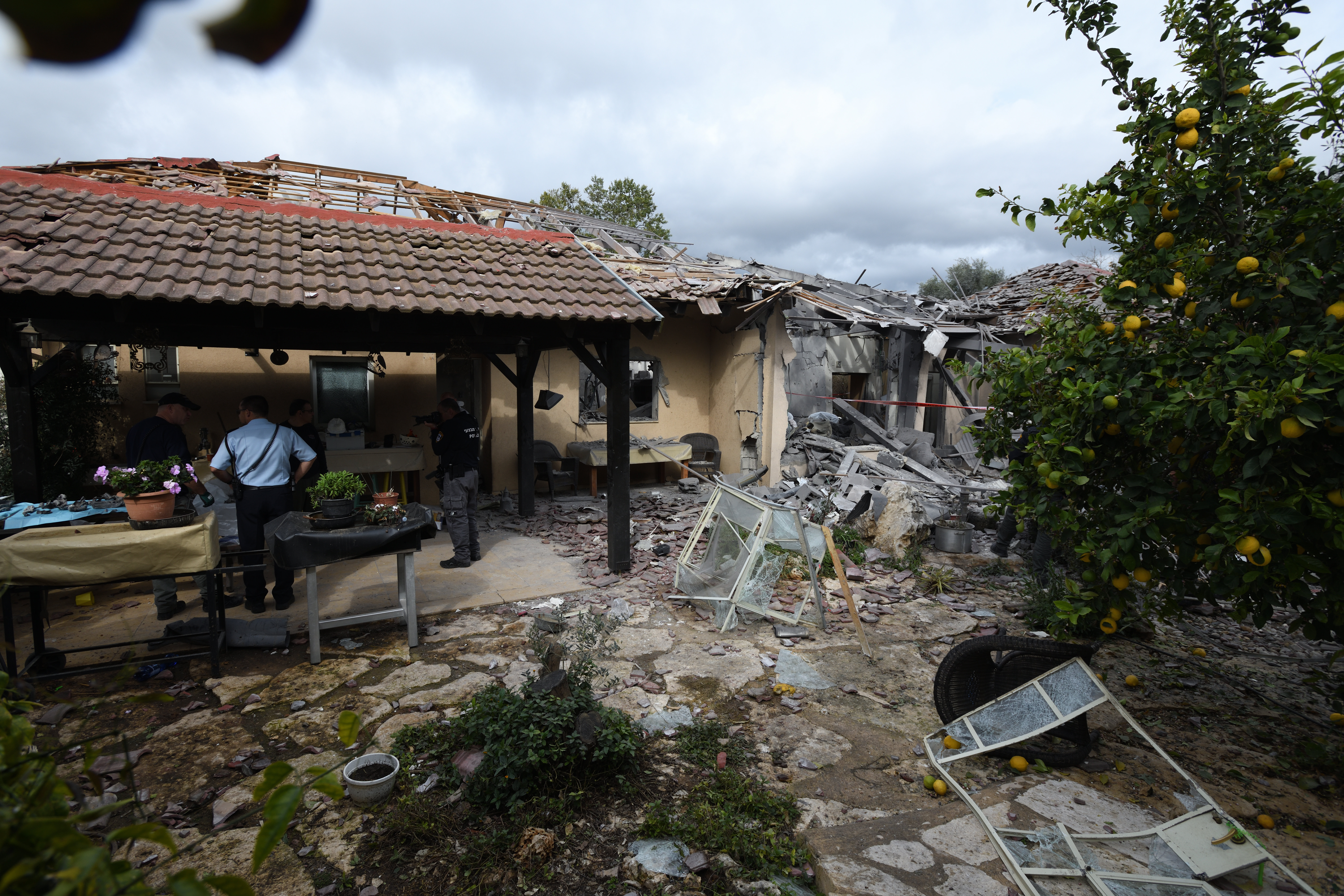 Rakéta csapódott egy lakóházba Tel-Aviviv közelében, heten megsérültek