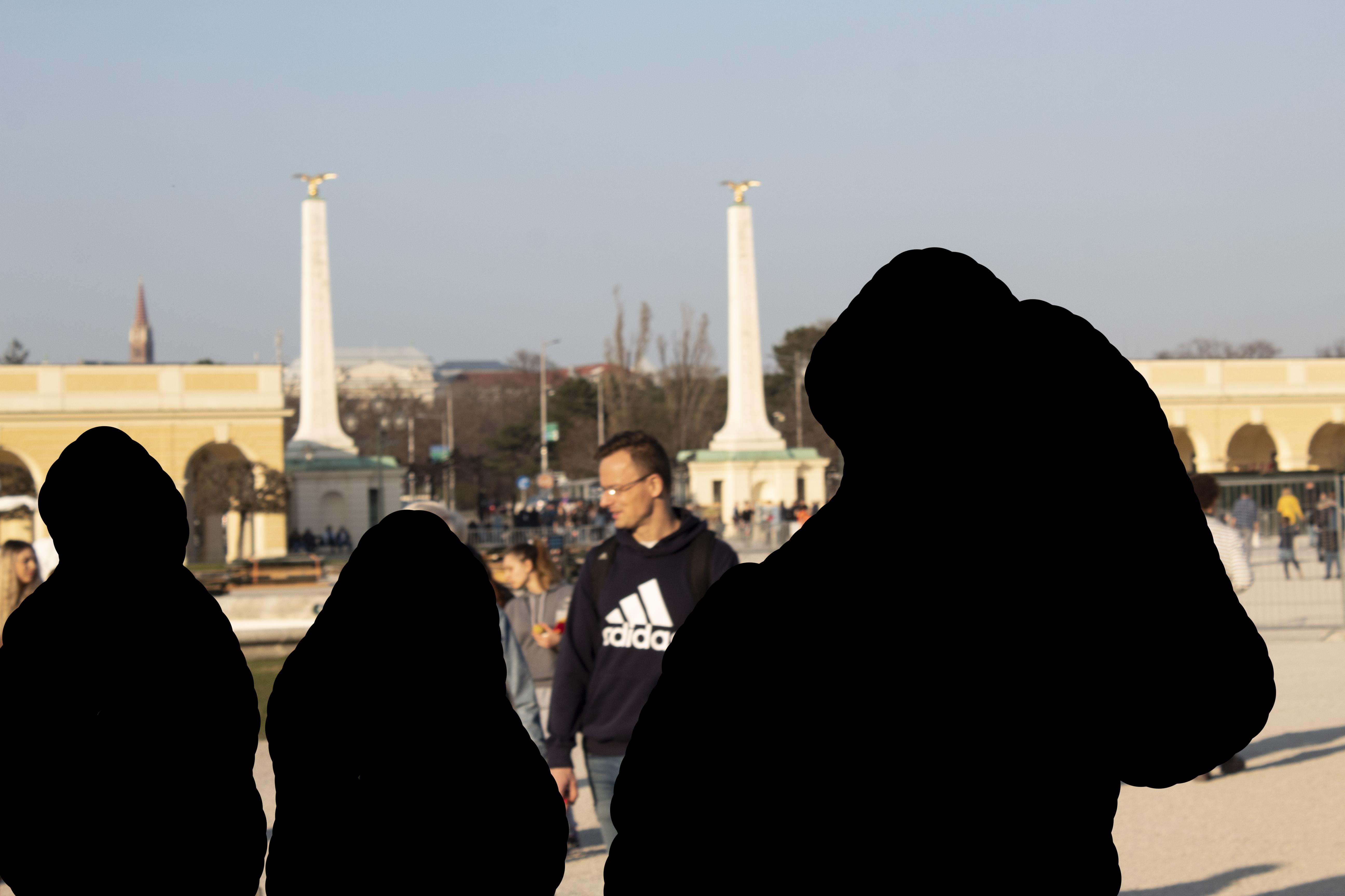Online népművészet: Szijjártó külügyminisztert Bécsben váratlanul körbevette egy csapat burkát viselő magyar