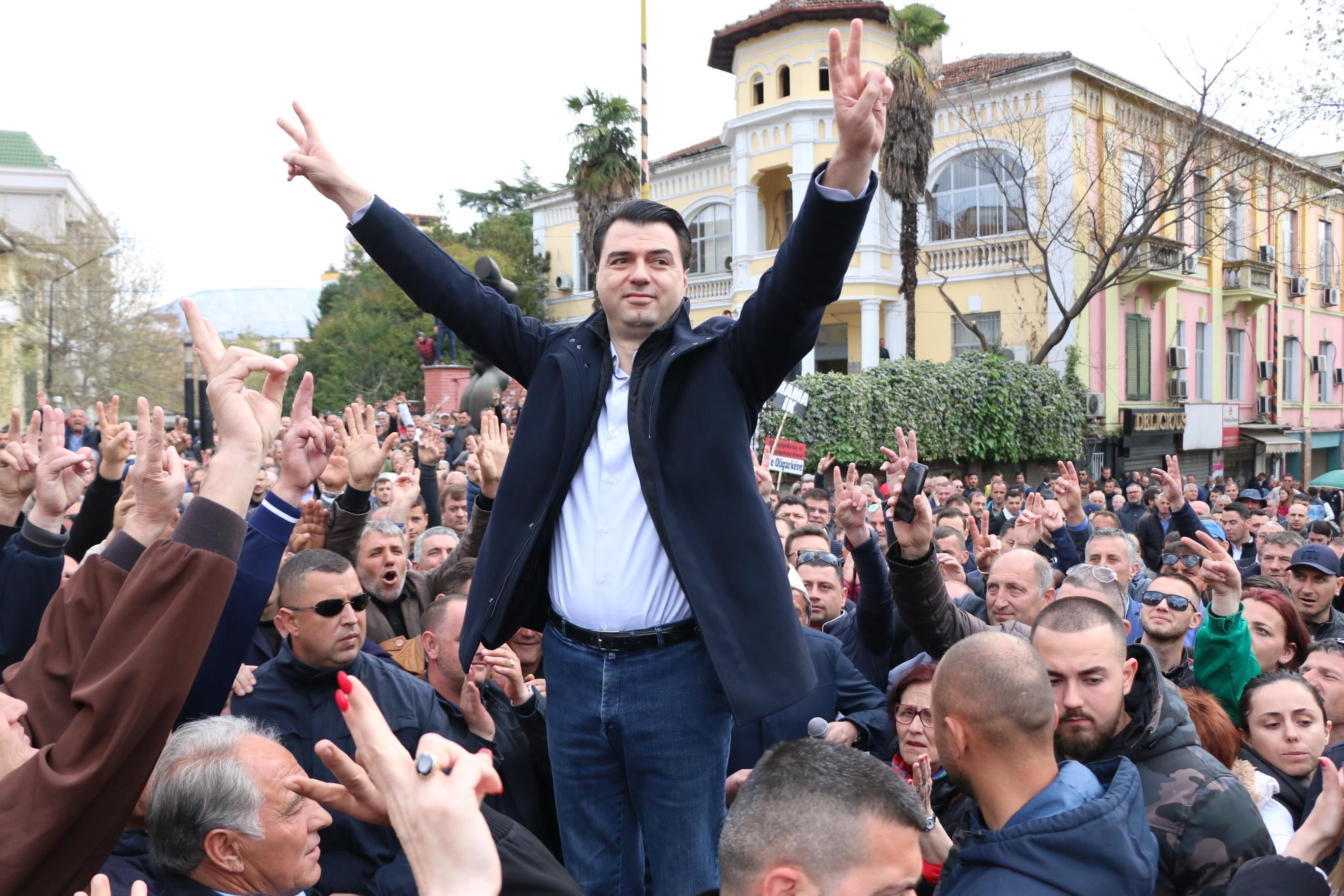 Megpróbáltak benyomulni a tiranai parlamentbe a kormányellenes tüntetők