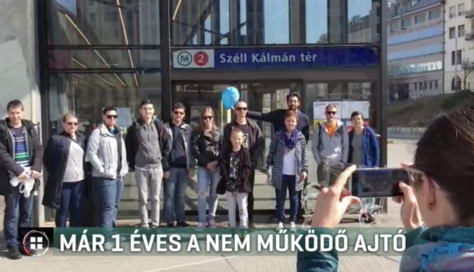Megünnepelték az egy éve nem működő Széll Kálmán téri  metróajtó szülinapját