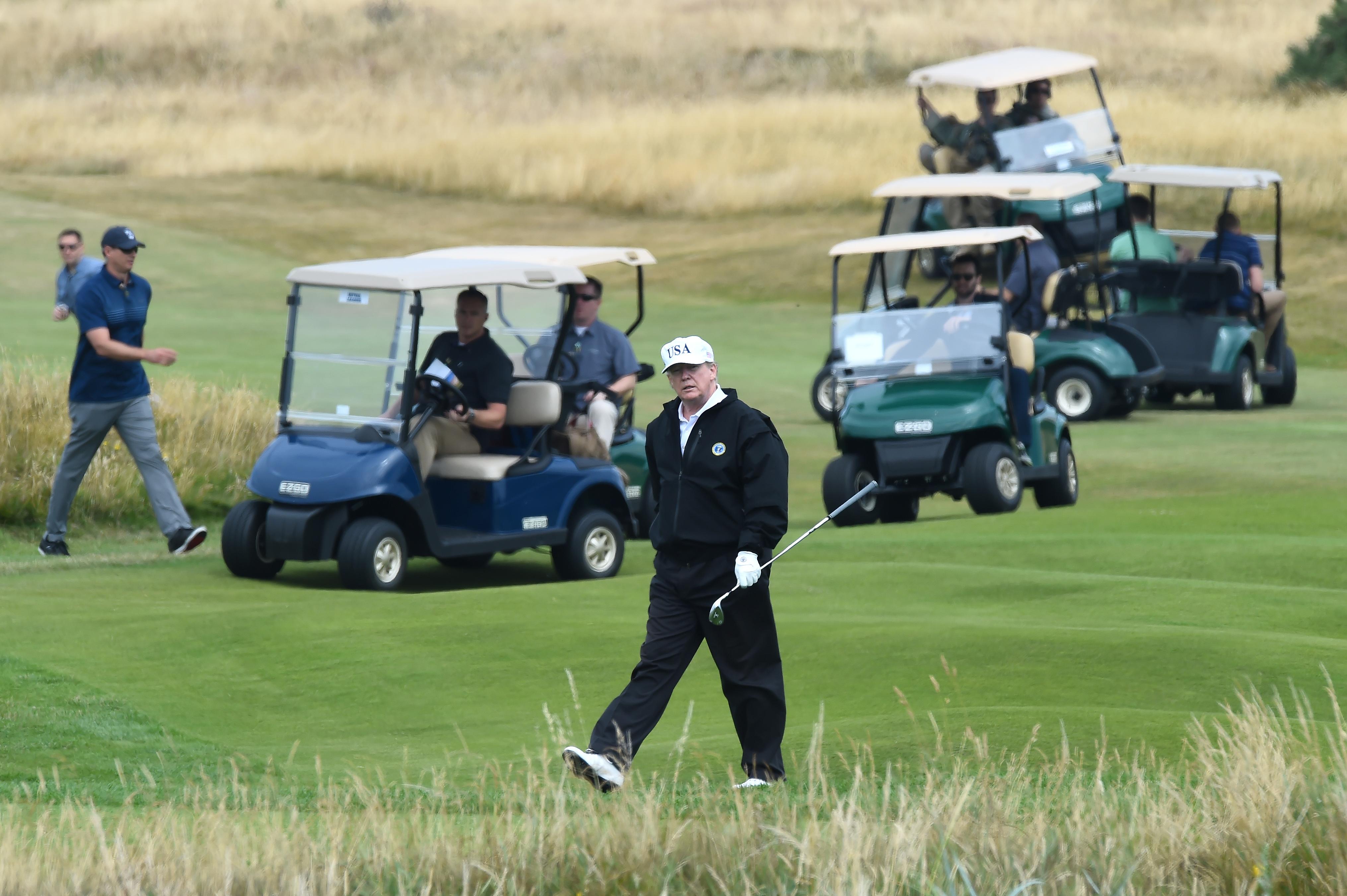 Skóciai golfozásba menekülne Trump Joe Biden beiktatása elől, de odaát nem látják szívesen