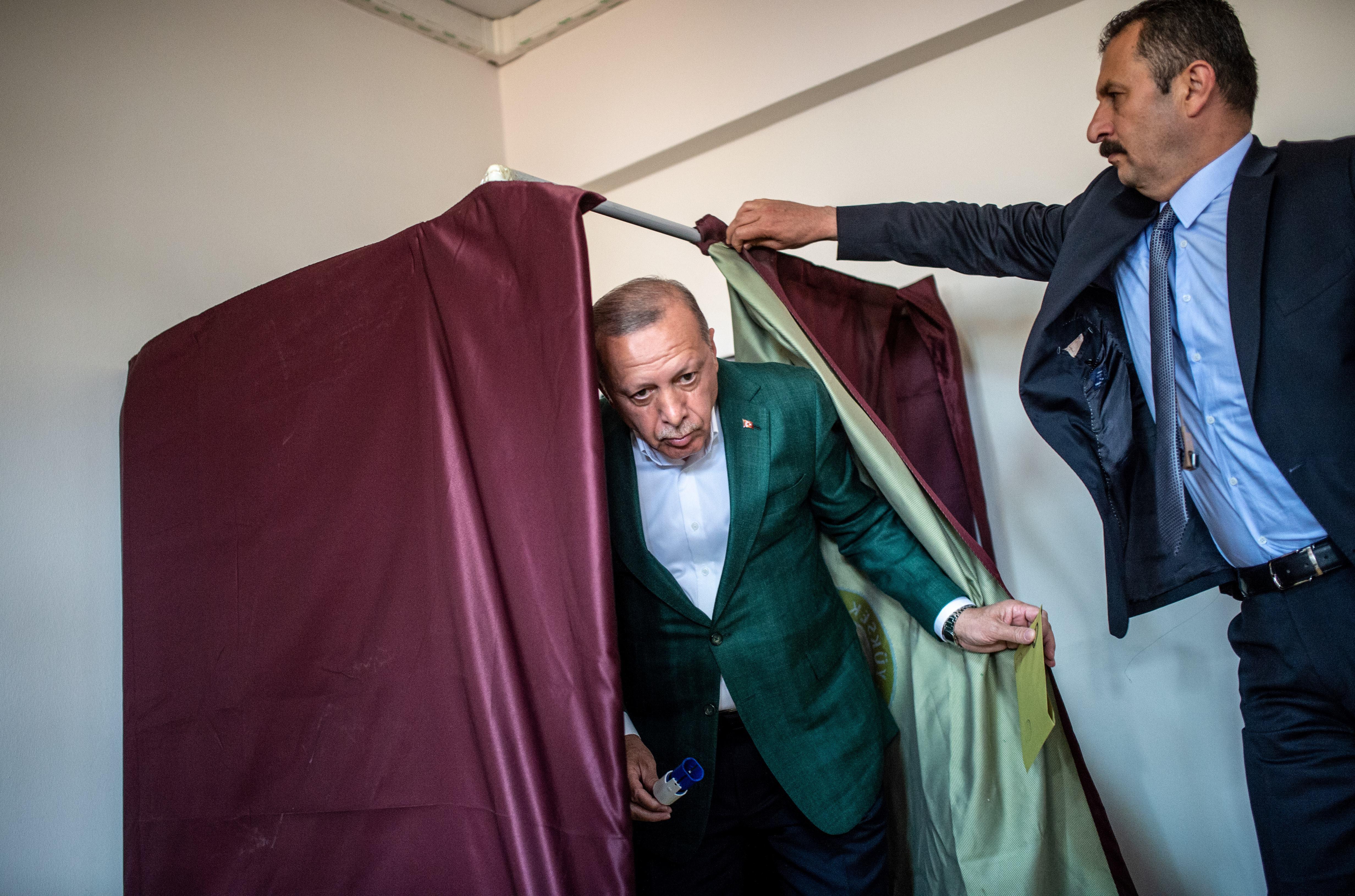 Ankarában és Isztambulban is újraszámolást kért Erdogan pártja