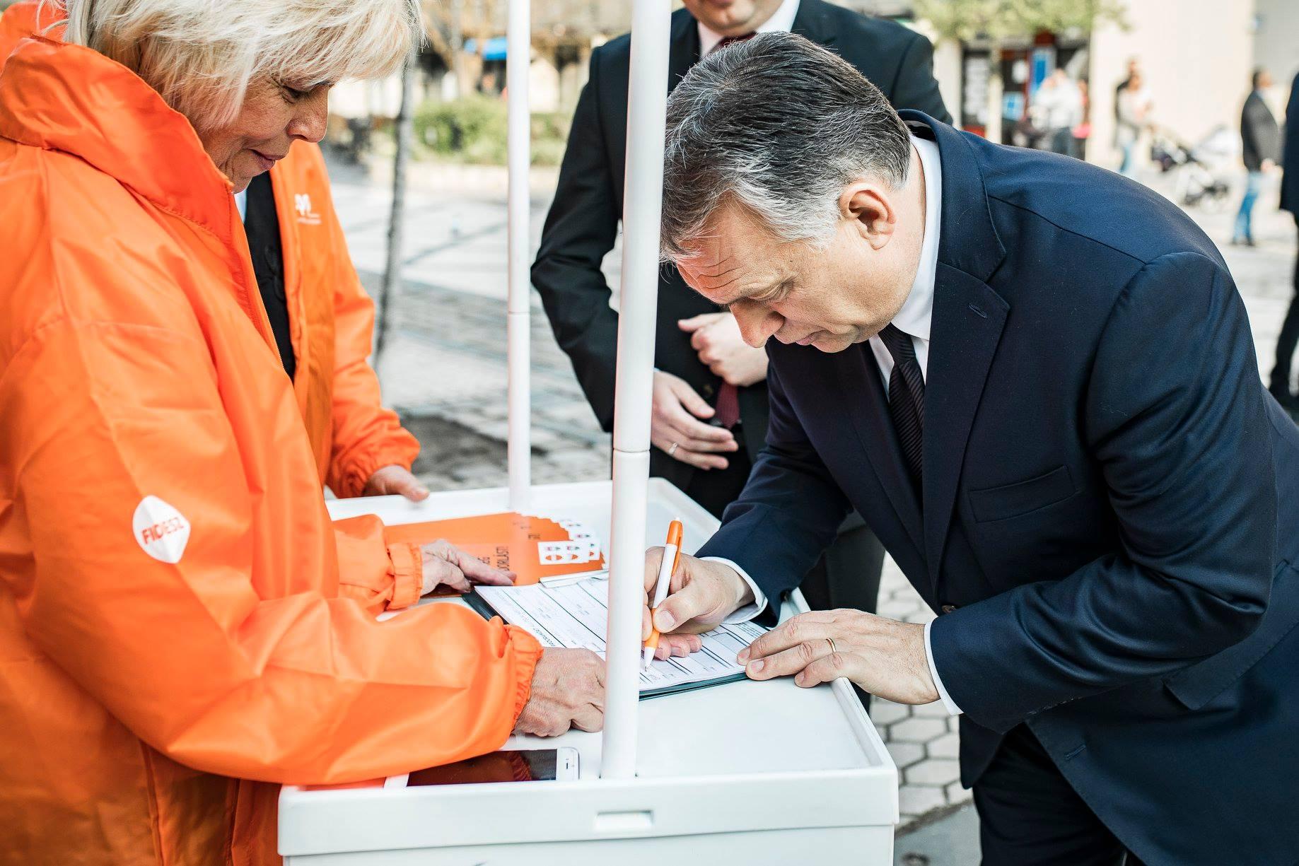 Hiába cáfolta a Választási Iroda, a Fidesz szerint akkor is ők adták le először az ajánlóíveket