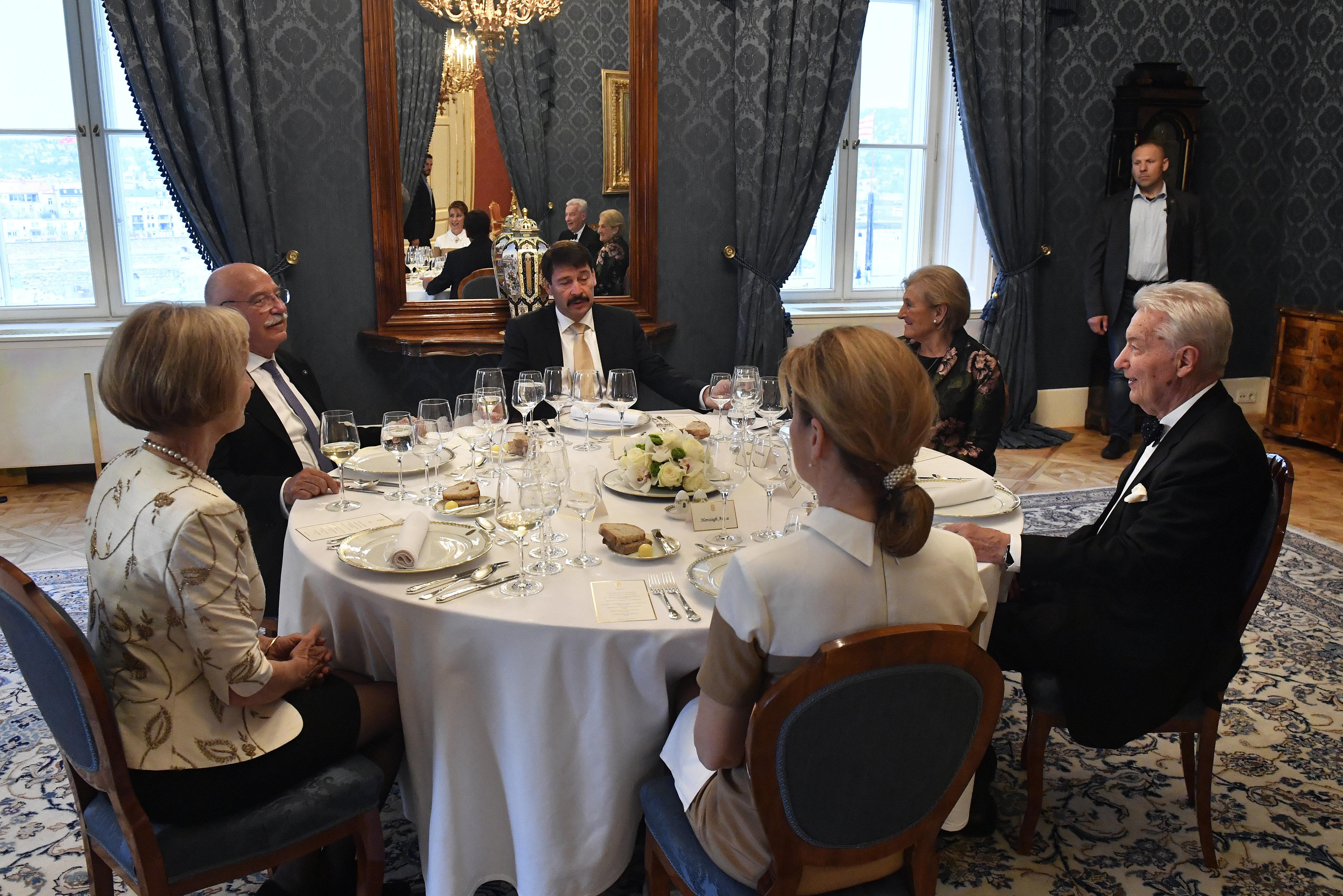 Áder János, a természetes vizek védője meghívta vacsorára Vizi E. Szilvesztert