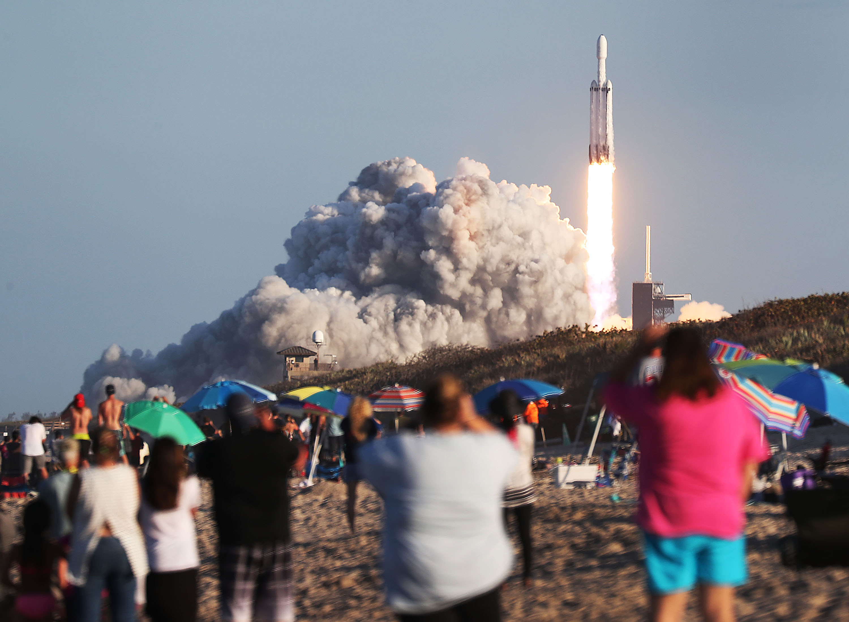 Másodszor is sikeresen fellőtték az űrbe a világ legerősebb rakétáját, a Falcon Heavy-t