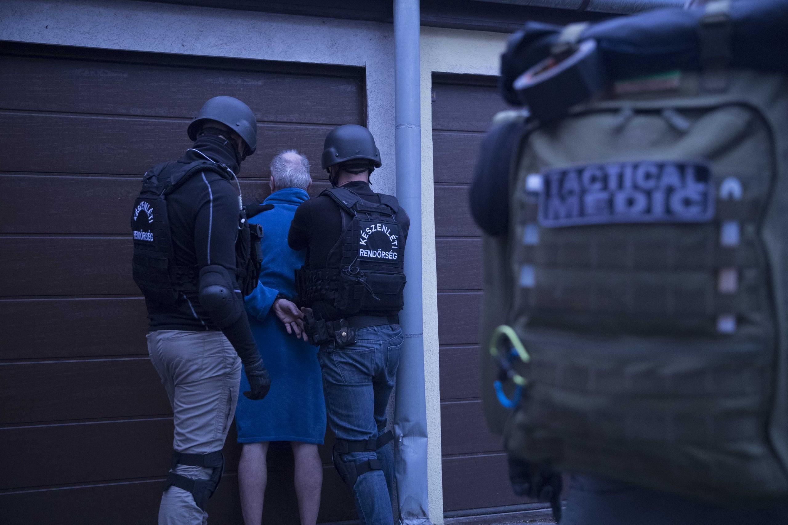 Lecsapott a rendőrség, köntösben vitték el a magyar bűnbanda fejét