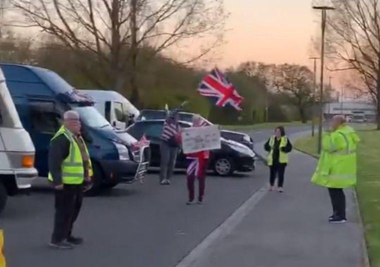 A Brexit új jelképei: a kilépéspárti tüntetők, akik lezárták az Aldihoz vezető utat, mert az egy német cég