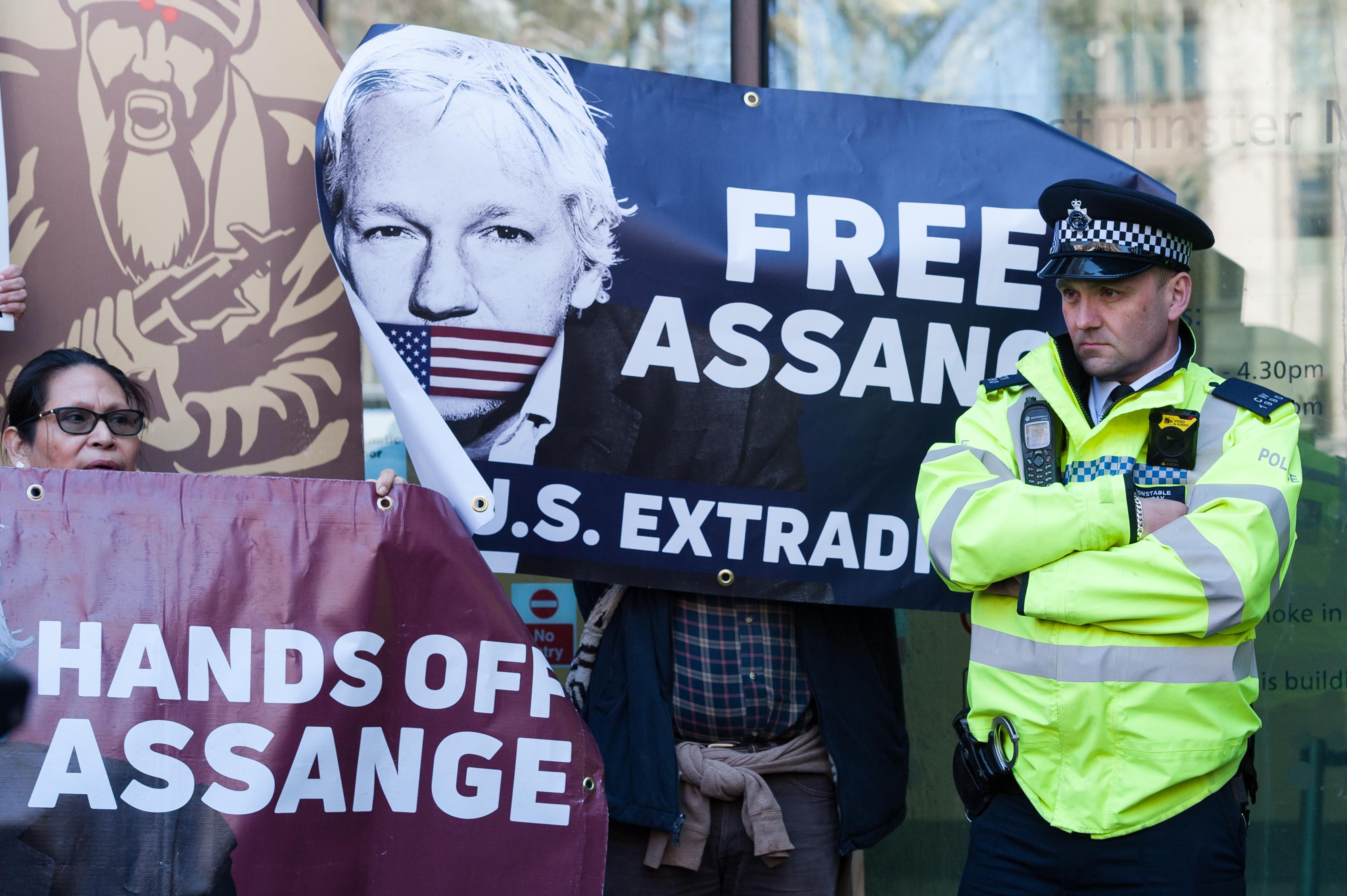 Ecuador kormánya arra panaszkodik, hogy Assange szarral kente össze a nagykövetségük falát