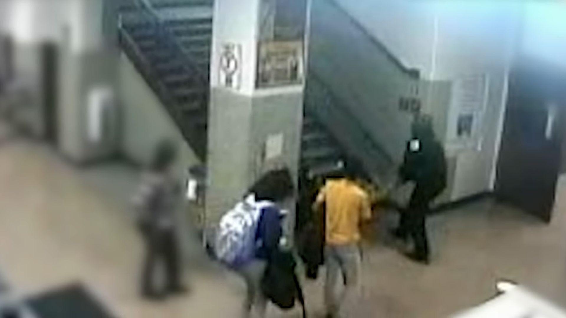 Egy videófelvétel alapján ok nélkül rugdaltak és sokkolóztak egy diáklányt a chicagói rendőrök