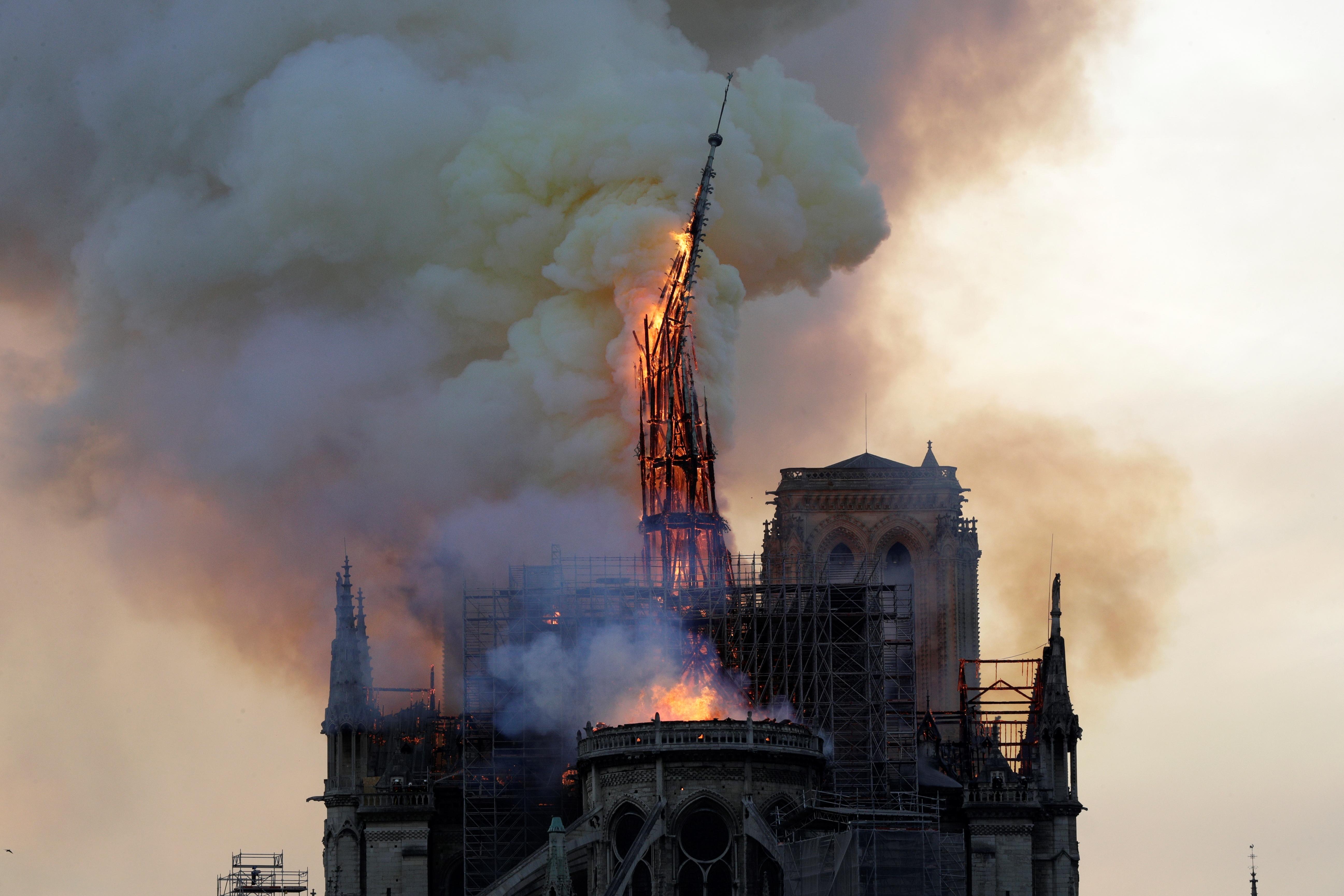 A Reuters és az AFP szerint a Notre-Dame megmenekült a teljes pusztulástól