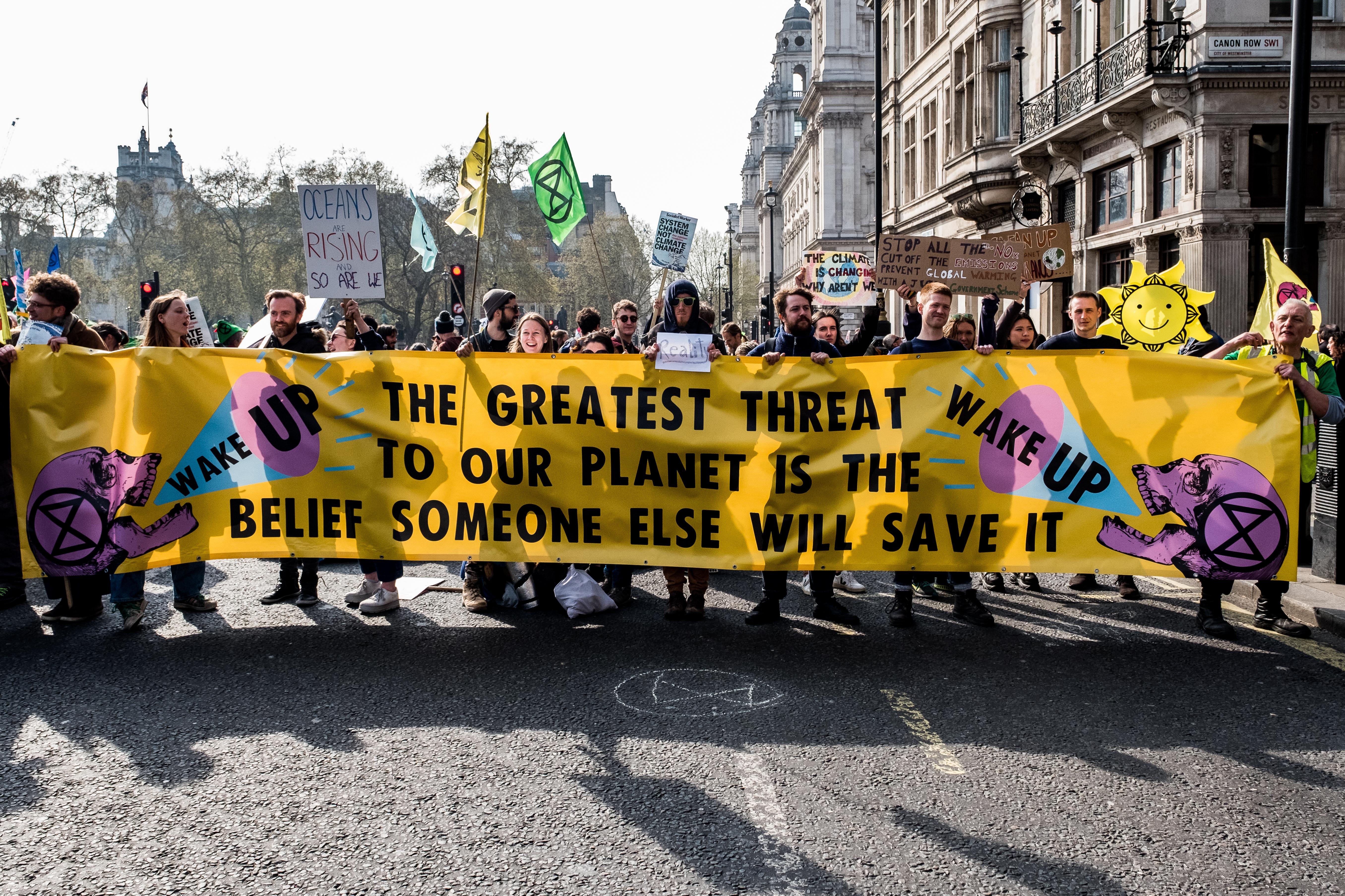 Klímatüntetők foglalták el London utcáit, 113 aktivistát állítottak elő a rendőrök