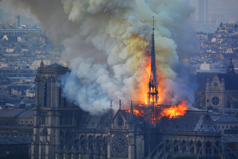 Lehet, hogy számítógépes bug miatt is keletkezett ekkora tűz a Notre-Dame-ban