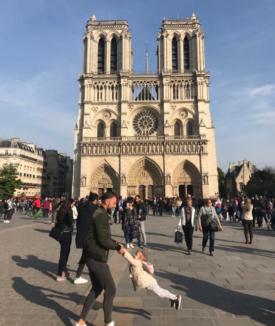 Tízezrek keresik a neten apát és lányát az ép Notre Dame-ról készült egyik utolsó fotón