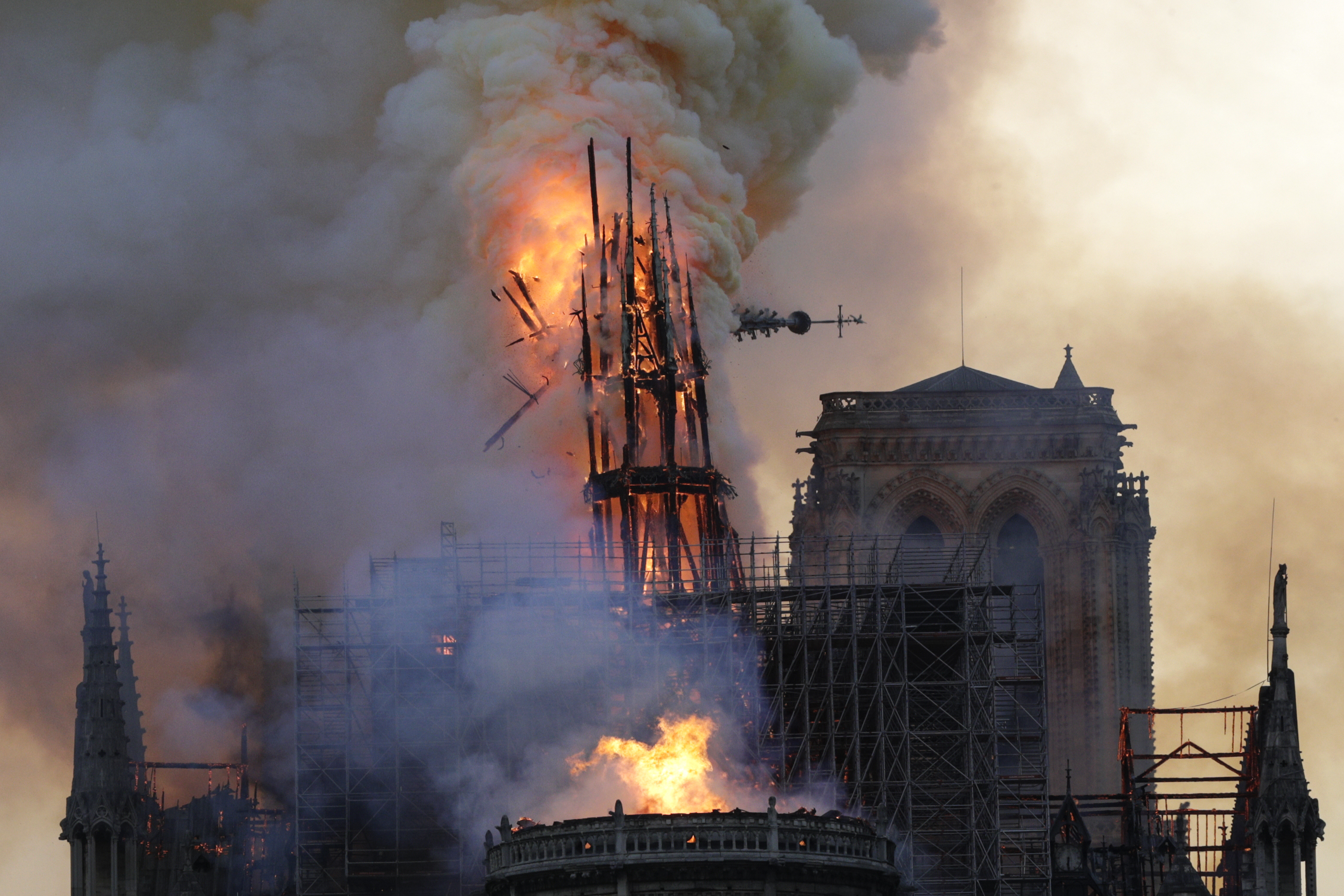 Fideszes teóriák a Notre Dame-ról: muszlimok, Macron, isteni harag