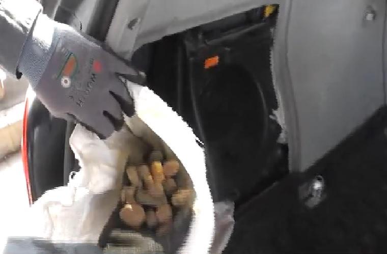 63 kiló borostyán volt egy Mercedesben