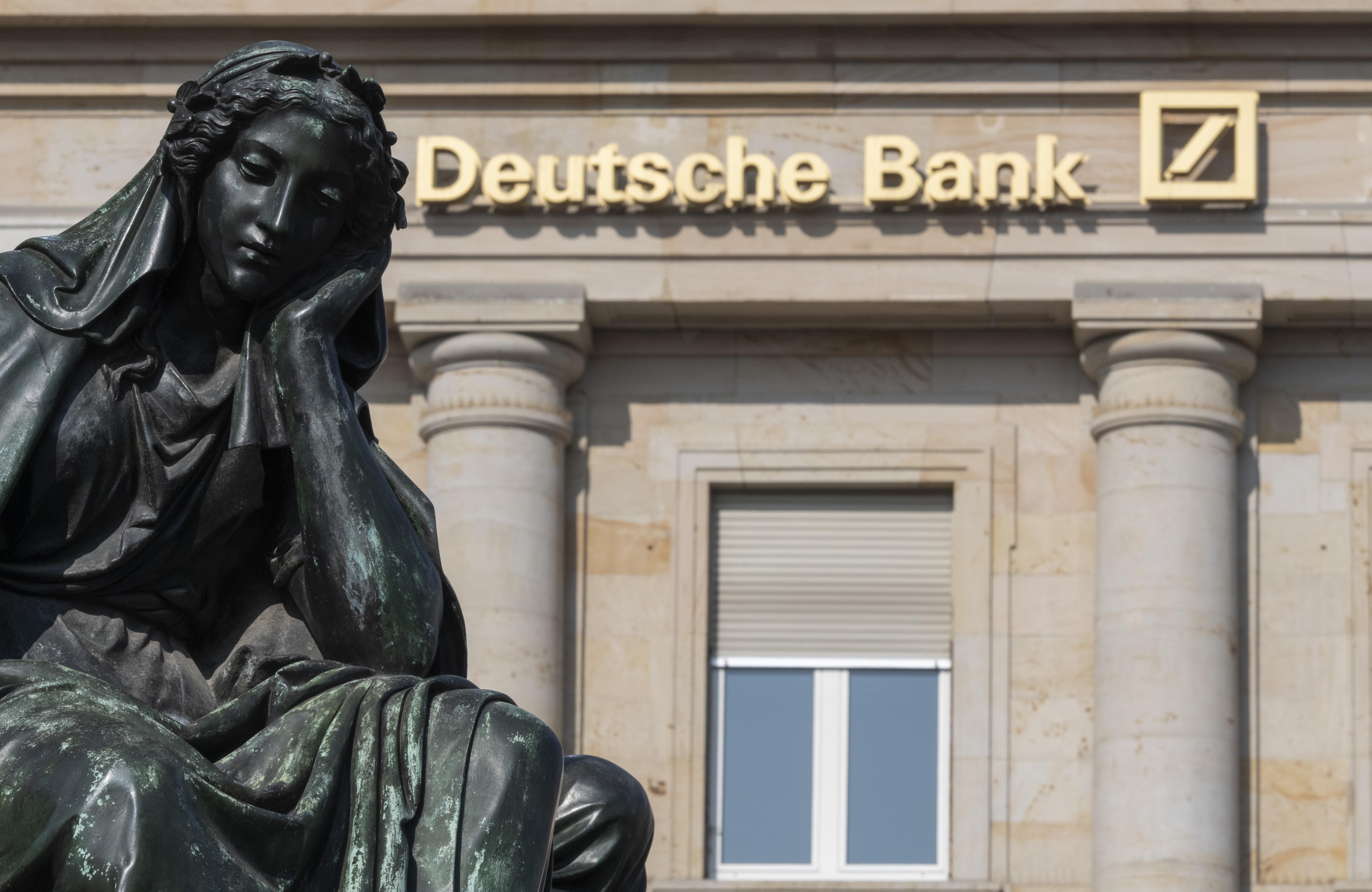 A világ bankjai idén eddig 58 200 alkalmazottat bocsátottak el