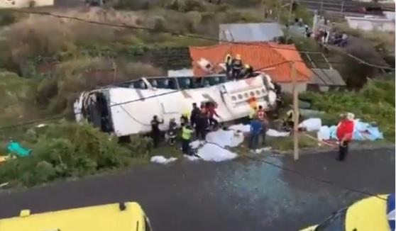 Legalább 28-an meghaltak, amikor felborult egy turistabusz Madeirán
