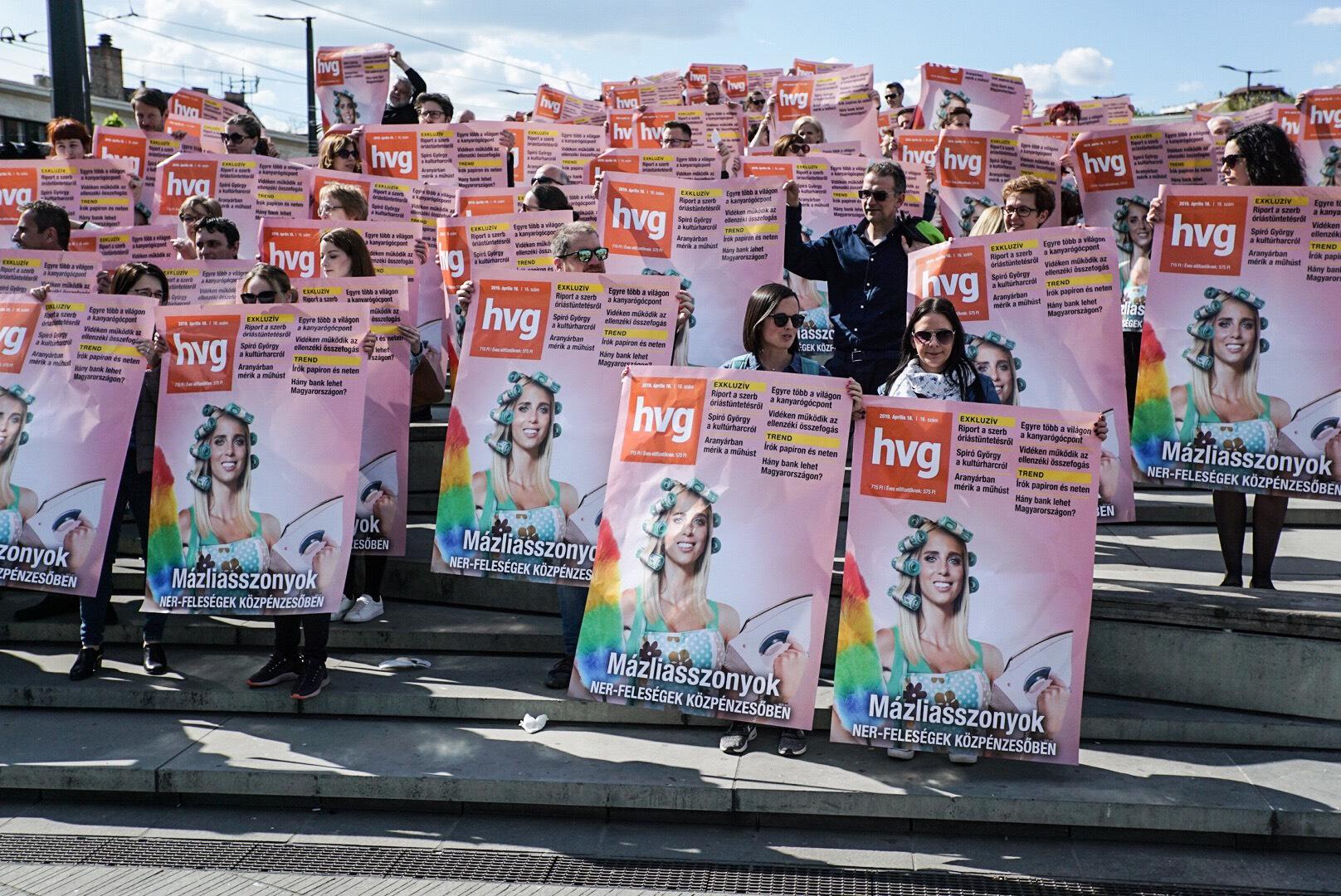 A HVG-sek kivitték a Széll Kálmán térre a címlapplakátokat, amiket a Mahir nem hajlandó kitenni