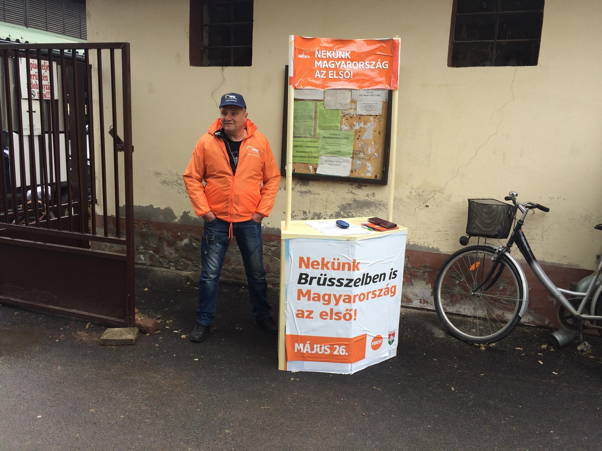Sodró erejű képekkel kényszeríti meghátrálásra Brüsszelt a Fidesz