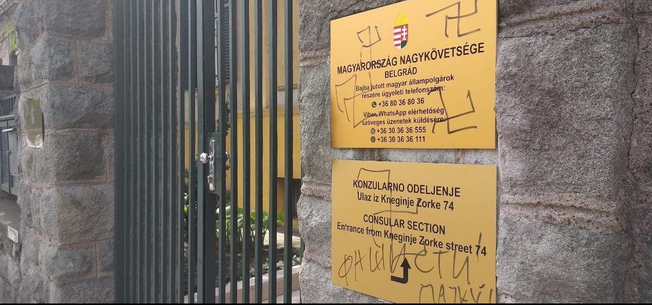 Valaki horogkereszteket rajzolt a belgrádi magyar nagykövetség bejáratára