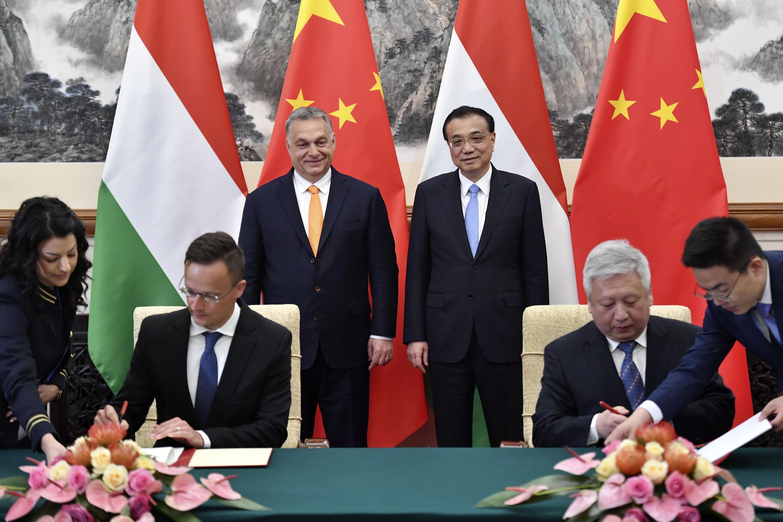 Politico: Orbánnak lehetnek kellemetlen pillanatai a Fehér Házban, Washingtont aggasztja az orosz és kínai befolyás