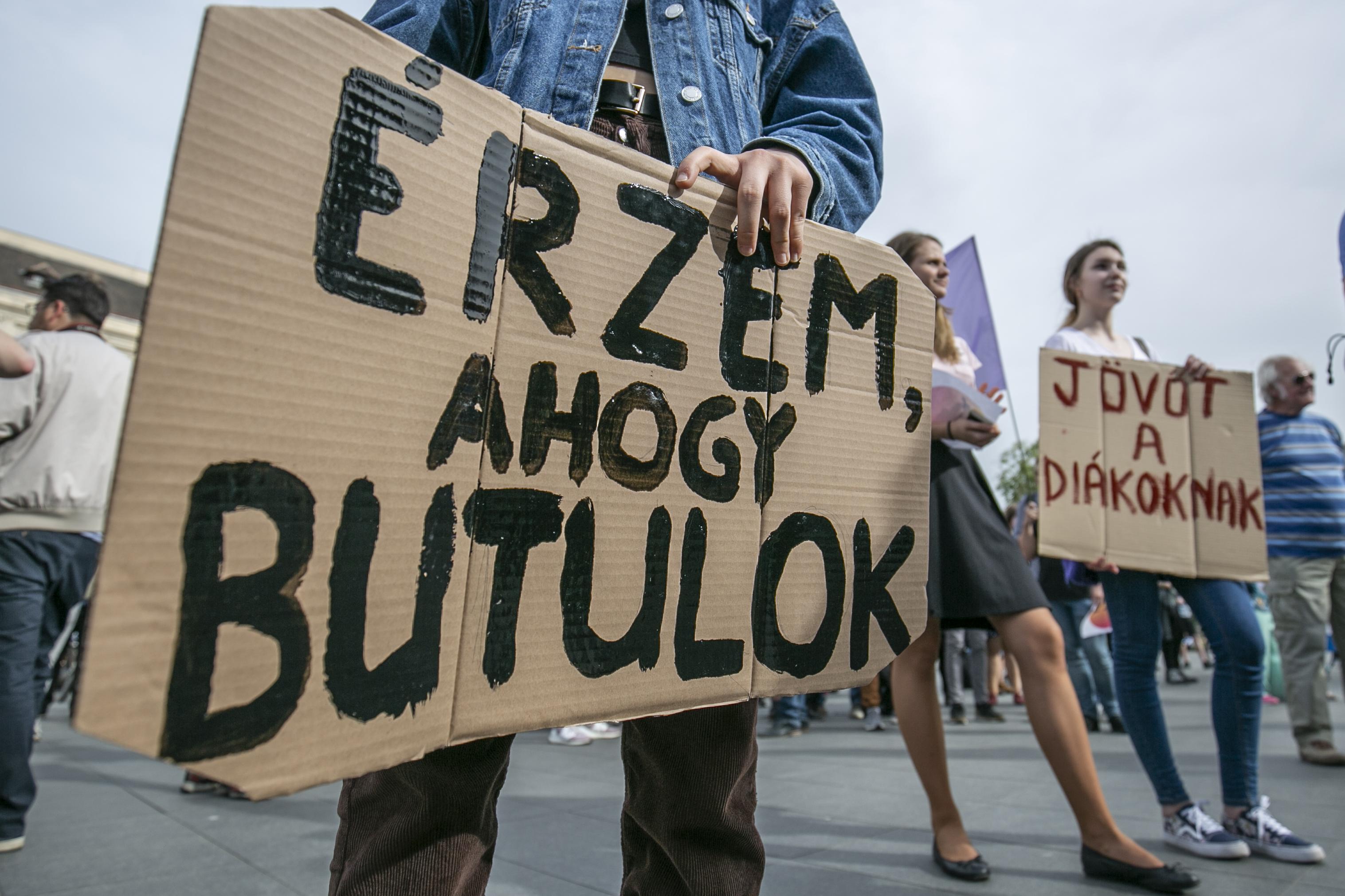 Az Emmi közölte, hogy a tüntető diákok mögött Soros és Gyurcsány áll