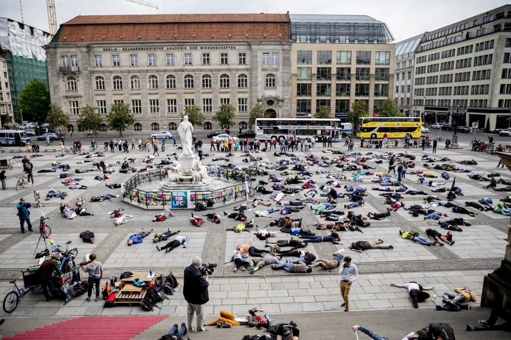 Világszerte egyszerre tüntettek az Extinction Rebellion aktivistái, az új divat a tömeges behalás