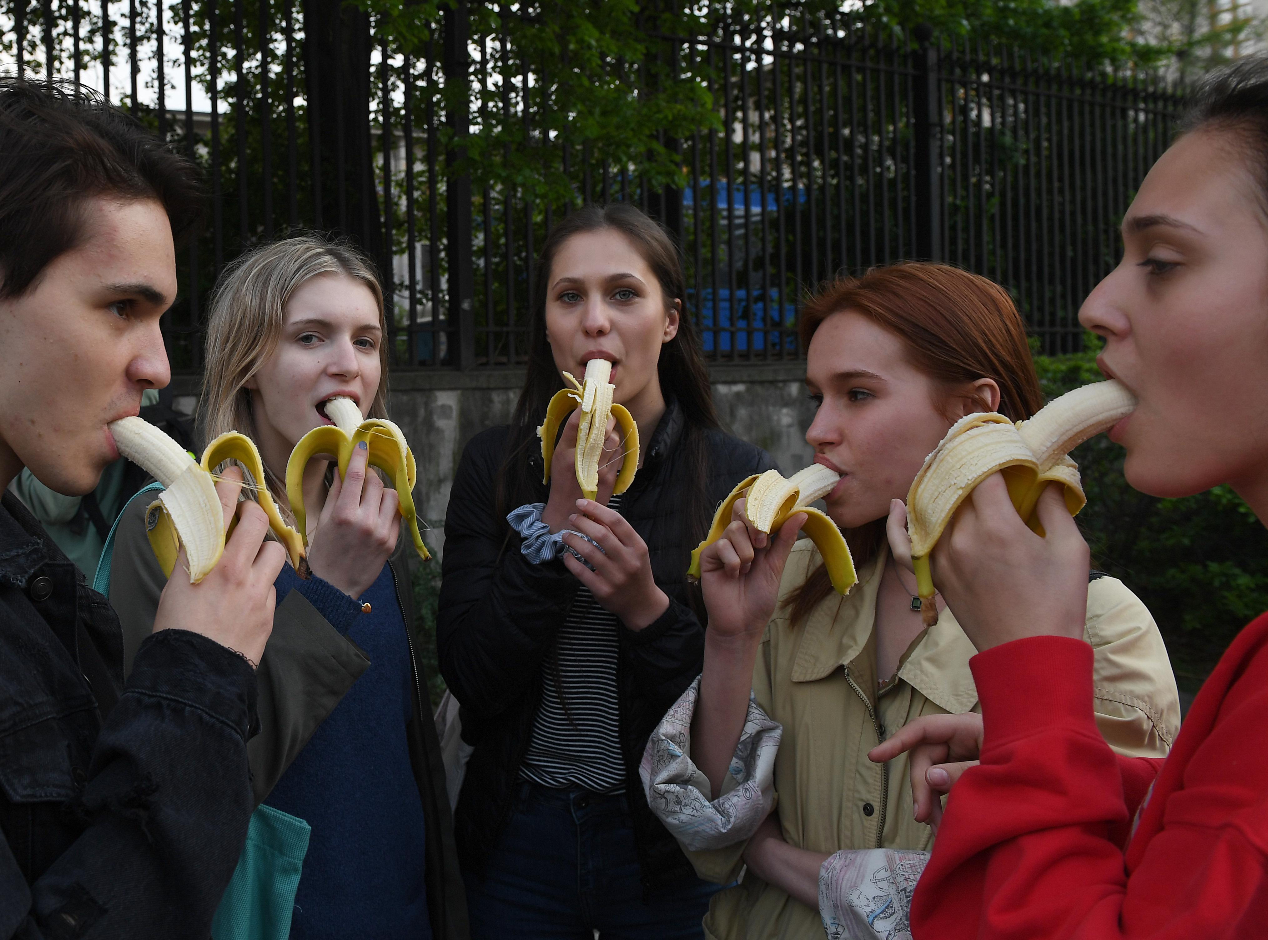 Banánevő tüntetők mentek a varsói Nemzeti Múzeum elé