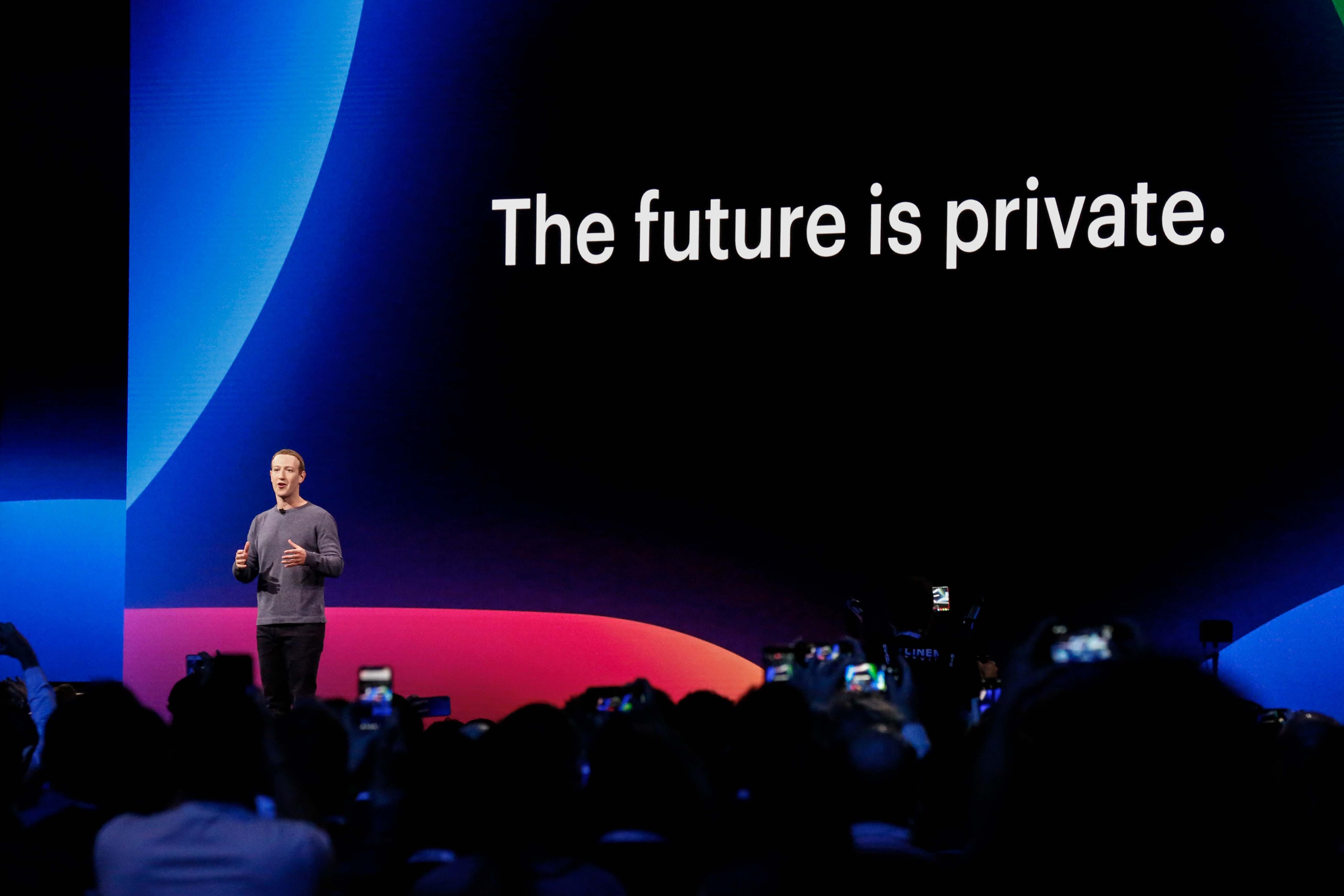 Négyszáz fejlesztő ezer alkalmazását függesztette fel a Facebook