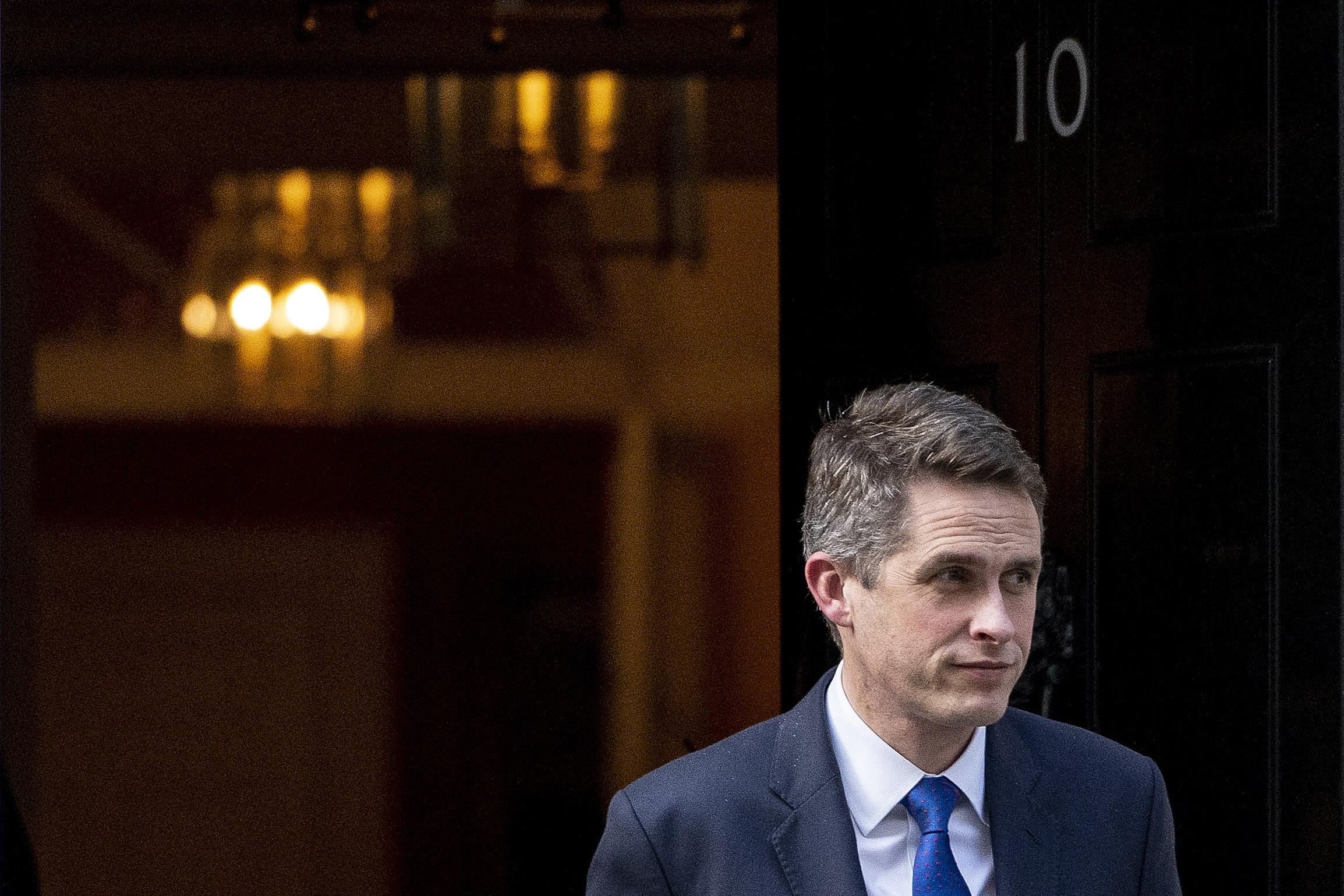 Theresa May menesztette védelmi miniszterét a Huawei-ügy miatt