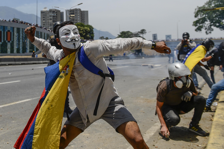 Elszabadult az erőszak Caracasban, egy nő már életét vesztette az összecsapásokban
