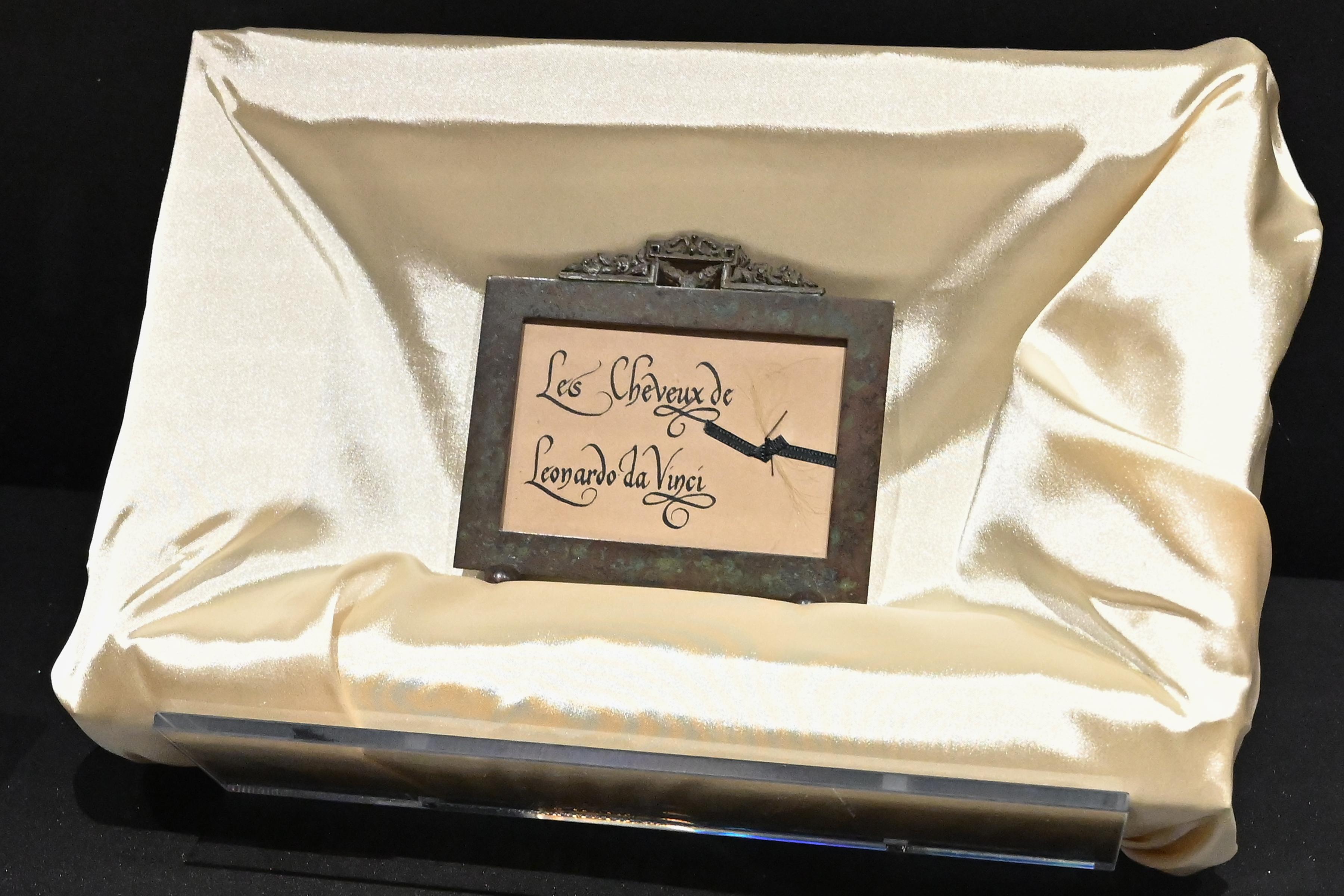 Az Uffizi igazgatója szerint hamisítvány Leonardo da Vinci kiállított hajtincse