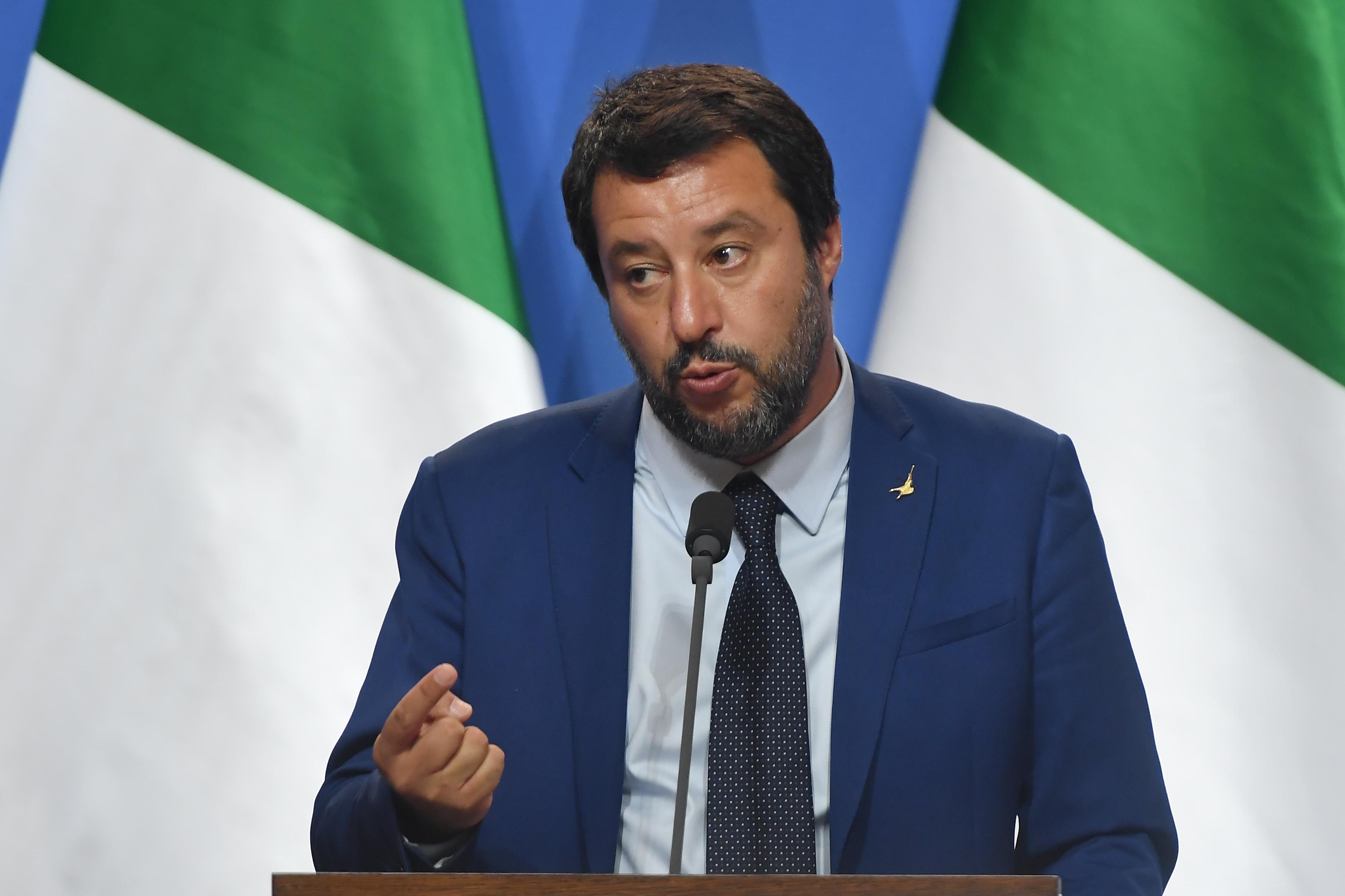 Salvini nem enged kikötni egy OLASZ HADIHAJÓT az olasz kikötőkben, mert az megmentett 40 menekültet a tengeren