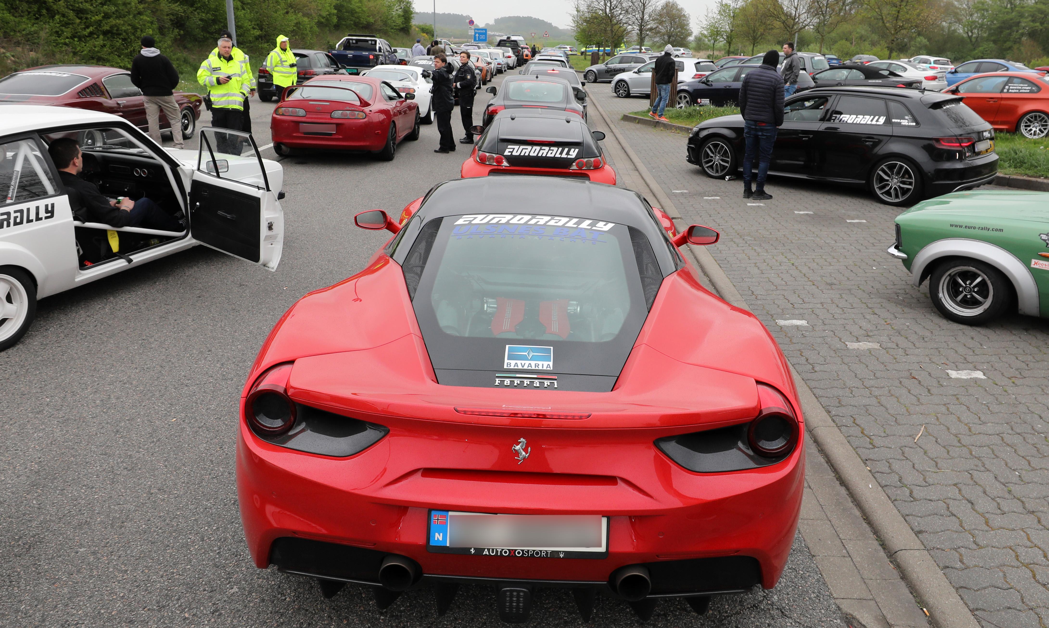 Ilyen a Need for Speed valójában: a német rendőrök leállítottak 120 sportkocsit az autópályán
