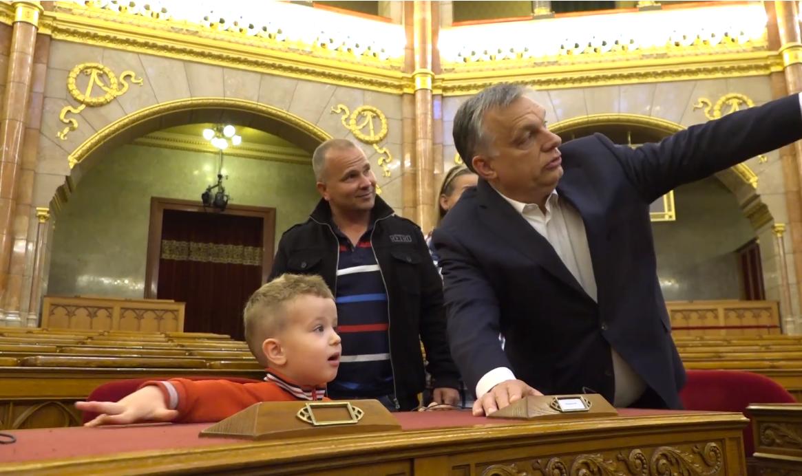 Orbán fogadott egy 3 éves gyereket
