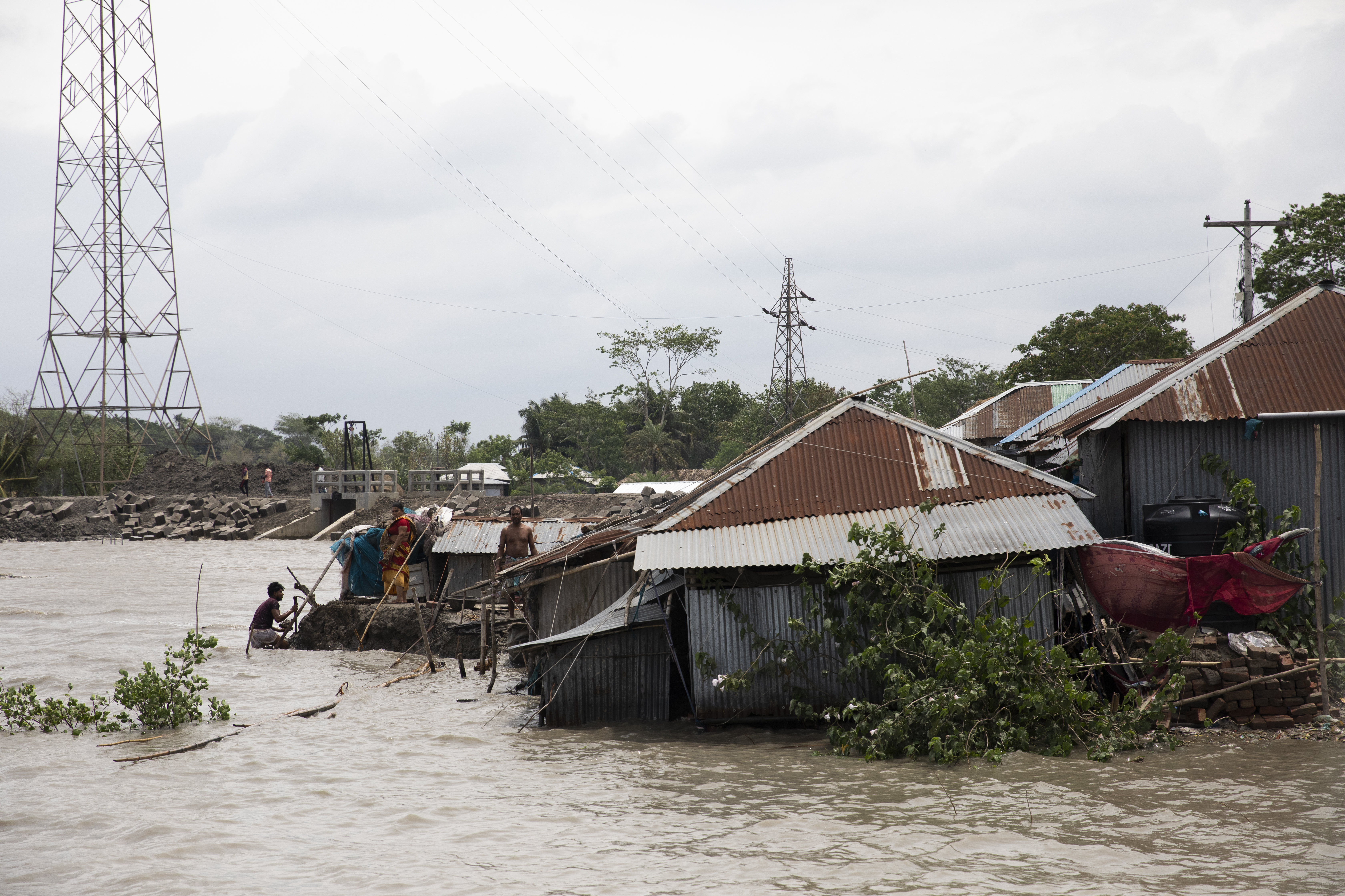 Több mint ezer házat pusztított el a ciklon Bangladesben, de a súlyos katasztrófát sikerült elkerülni