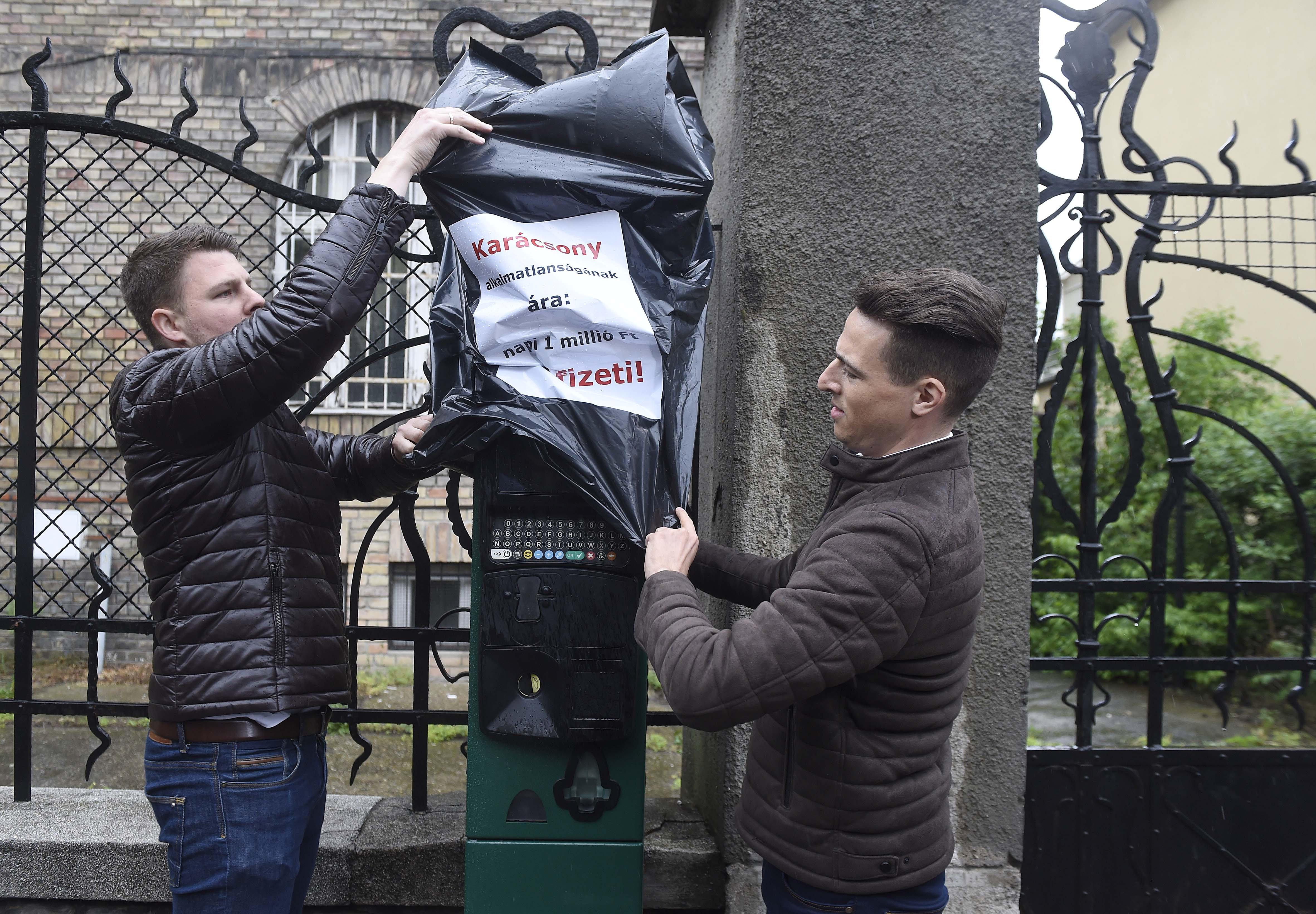 A Fidelitas sokkoló akcióval hívta fel a figyelmet a Fidesz és az MSZP sötét parkolási balhéjára