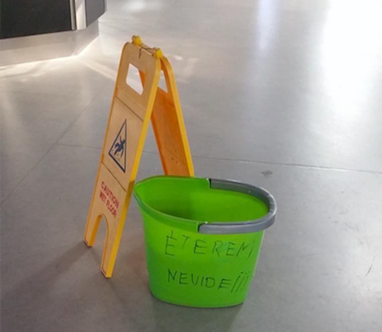 Pompás verset írt a felmosóvödörre az Örs vezér téri IKEA takarítója