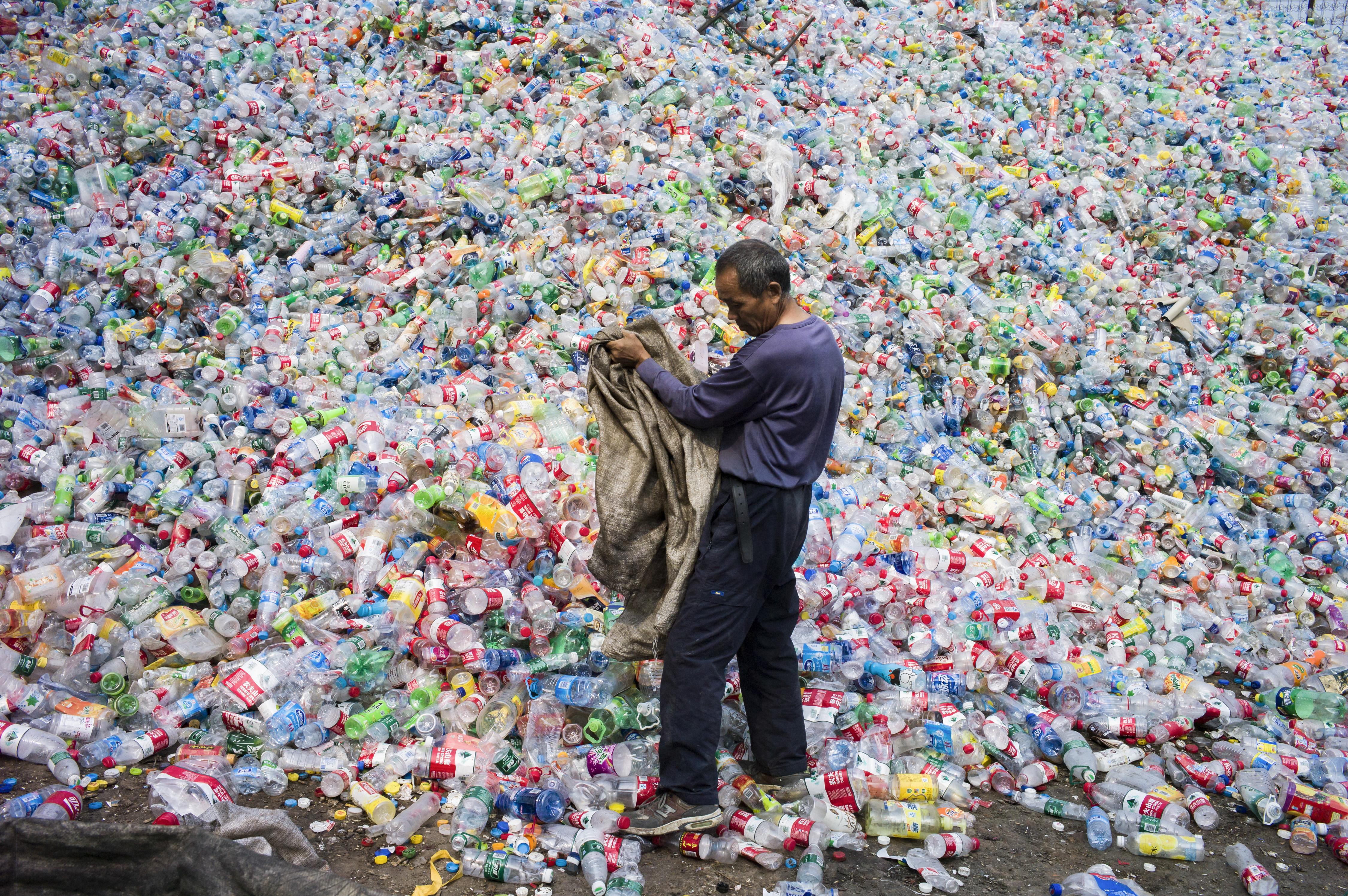 Betiltják a fültisztító pálcikákat és más egyszer használatos műanyag termékeket