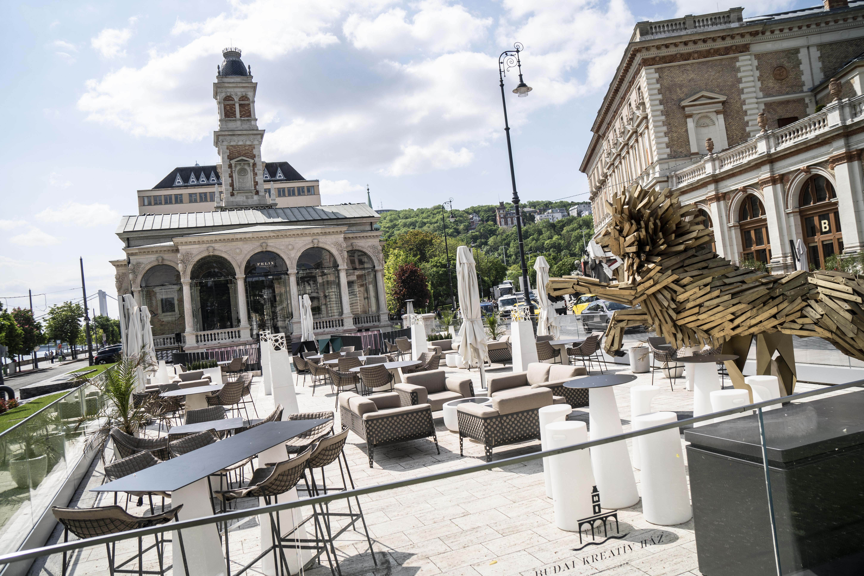 Prémium kategóriás éttermet nyitott az MNB alapítványa az egykori Várkert Kaszinó felújított épületében